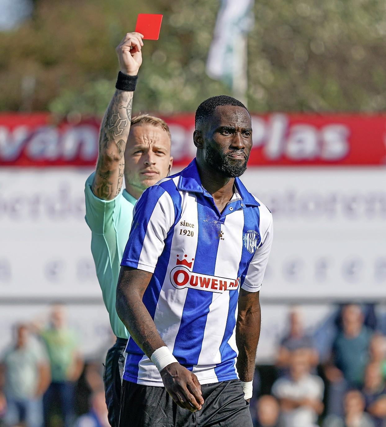 Scheidsrechter Nick Smit (30) uit Huizen maakt debuut in betaald voetbal bij bekerwedstrijd Excelsior-Helmond Sport: 'Een mooie mijlpaal'