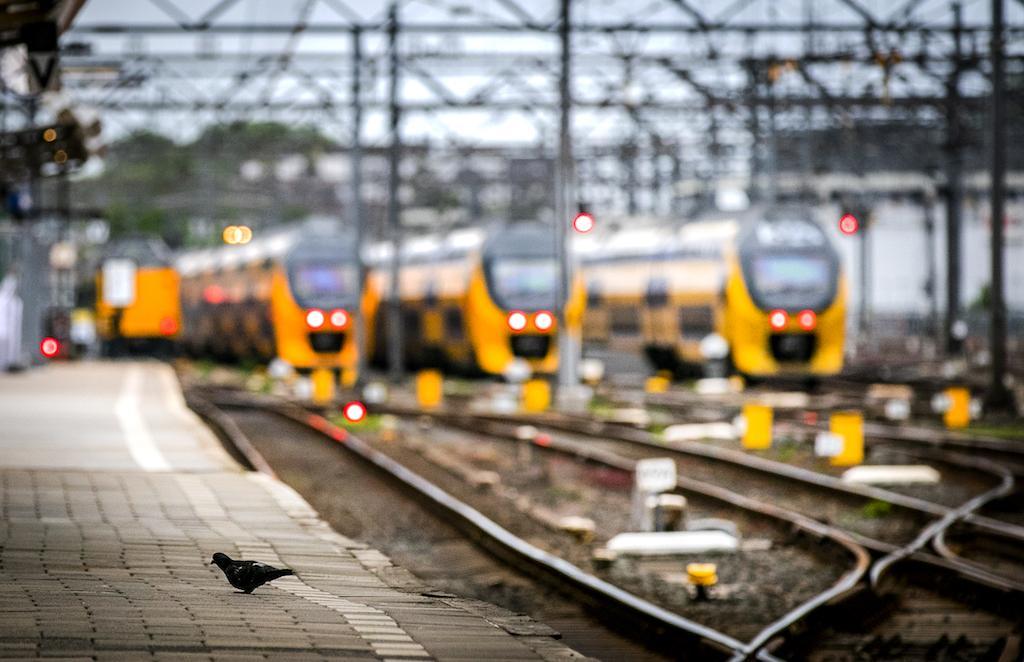Forenzen op NS-station Beverwijk huiverig over aangekondigde coronamaatregelen: 'Ik was net voor het eerst weer eens naar kantoor'
