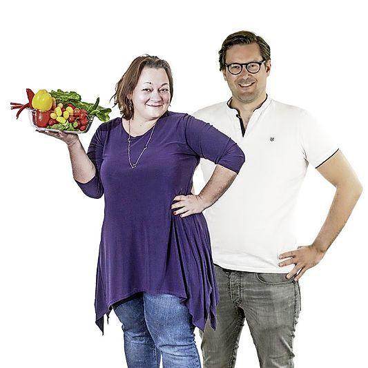 Redacteuren Lydia en Roy gaan minder vlees eten. 'Ik durf niet te zeggen wat er na de vega kipshoarma met het overgebleven pitabroodje is gebeurd. Er lag nog grillworst in de koelkast...' (Aflevering 3)