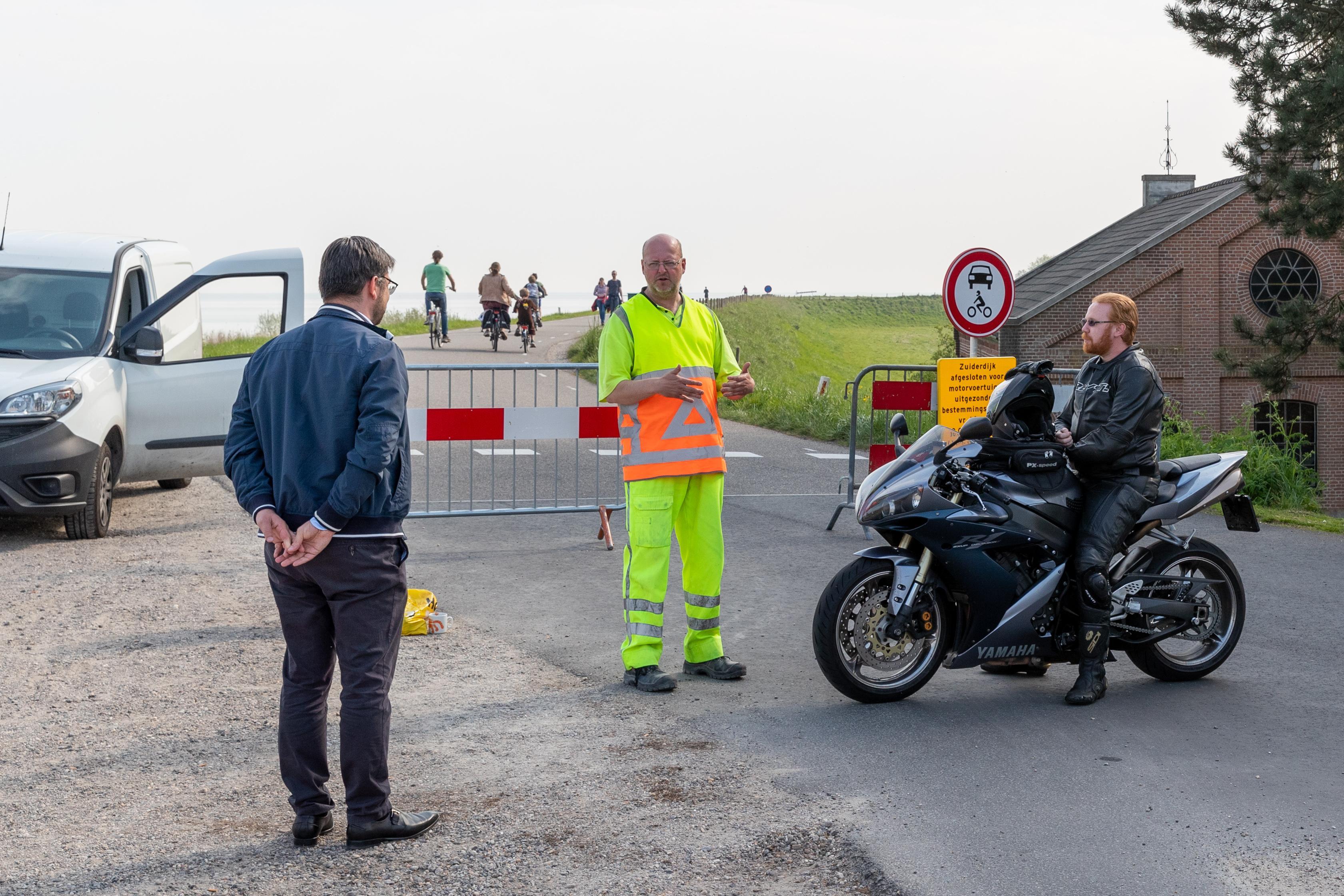 Zuiderdijk bij Hoorn niet opnieuw afgesloten voor gemotoriseerd verkeer: 'Als wethouder Broeders z'n huiswerk had gedaan, was dit hele circus niet nodig geweest'
