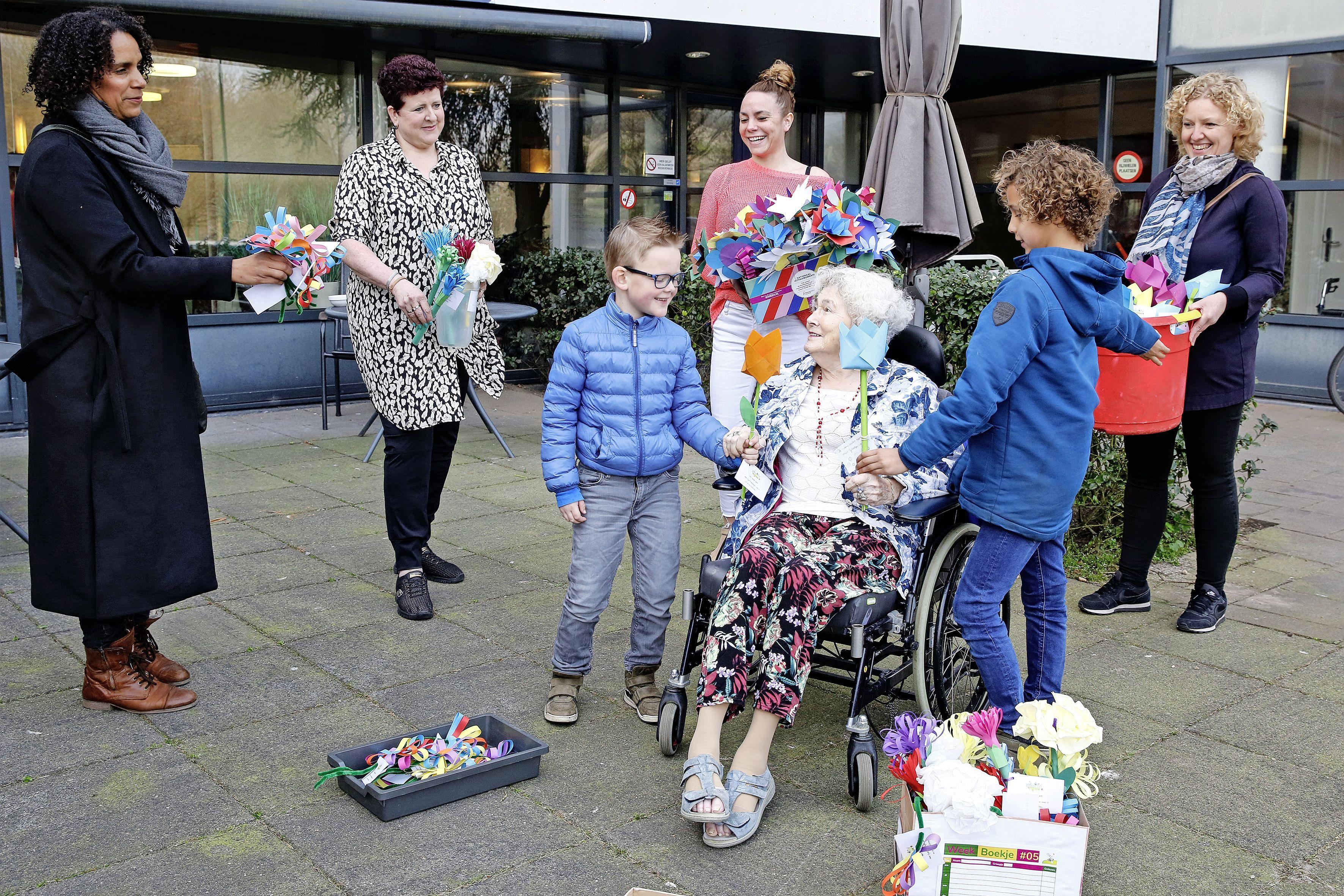 Bewoners Molenschot ontvangen bos van 250 zelfgeknutselde bloemen; Vrolijk gebaar van leerlingen Da Costaschool in Soest