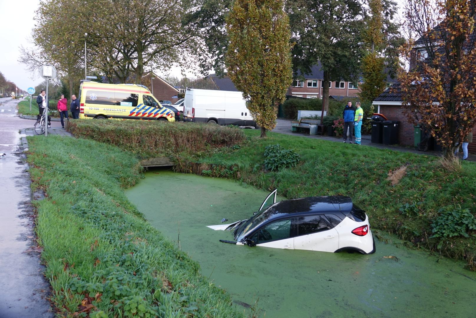 Auto belandt na botsing met trekker in het water in Zwaagdijk-Oost, automobilist raakt gewond