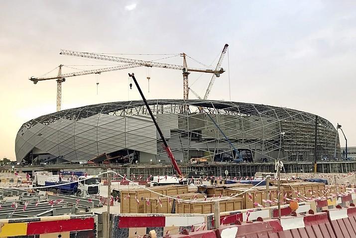 WK voetbal mag niet doorgaan, want er zijn 6500 redenen om niet af te reizen naar de groene grafvelden van Qatar | Commentaar