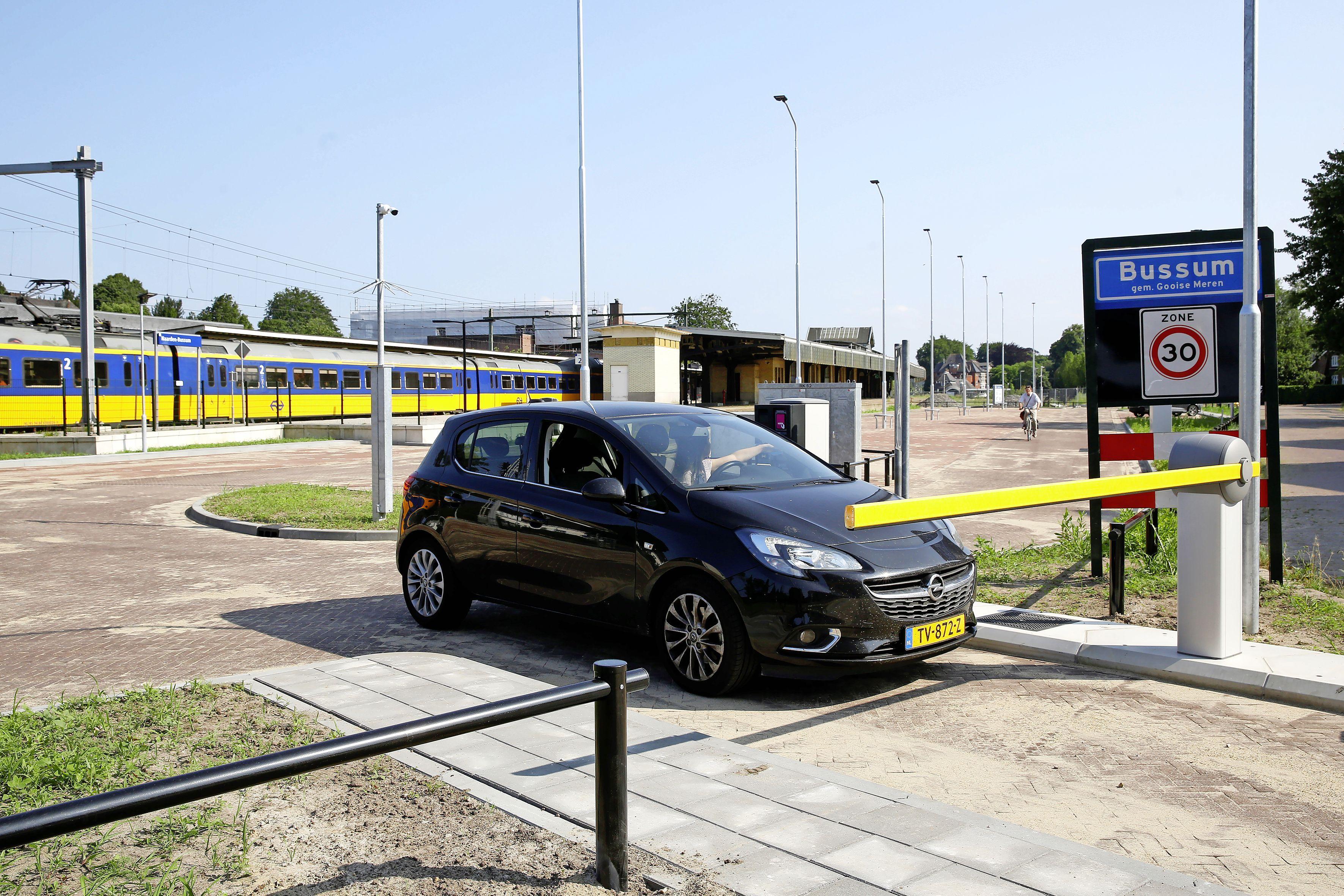 Kentekenherkenning op nieuwe P+R bij station Naarden-Bussum vertoont op dag één al kuren; slagboom blijft dicht. 'Heb ik toch de hele dag gratis kunnen parkeren'