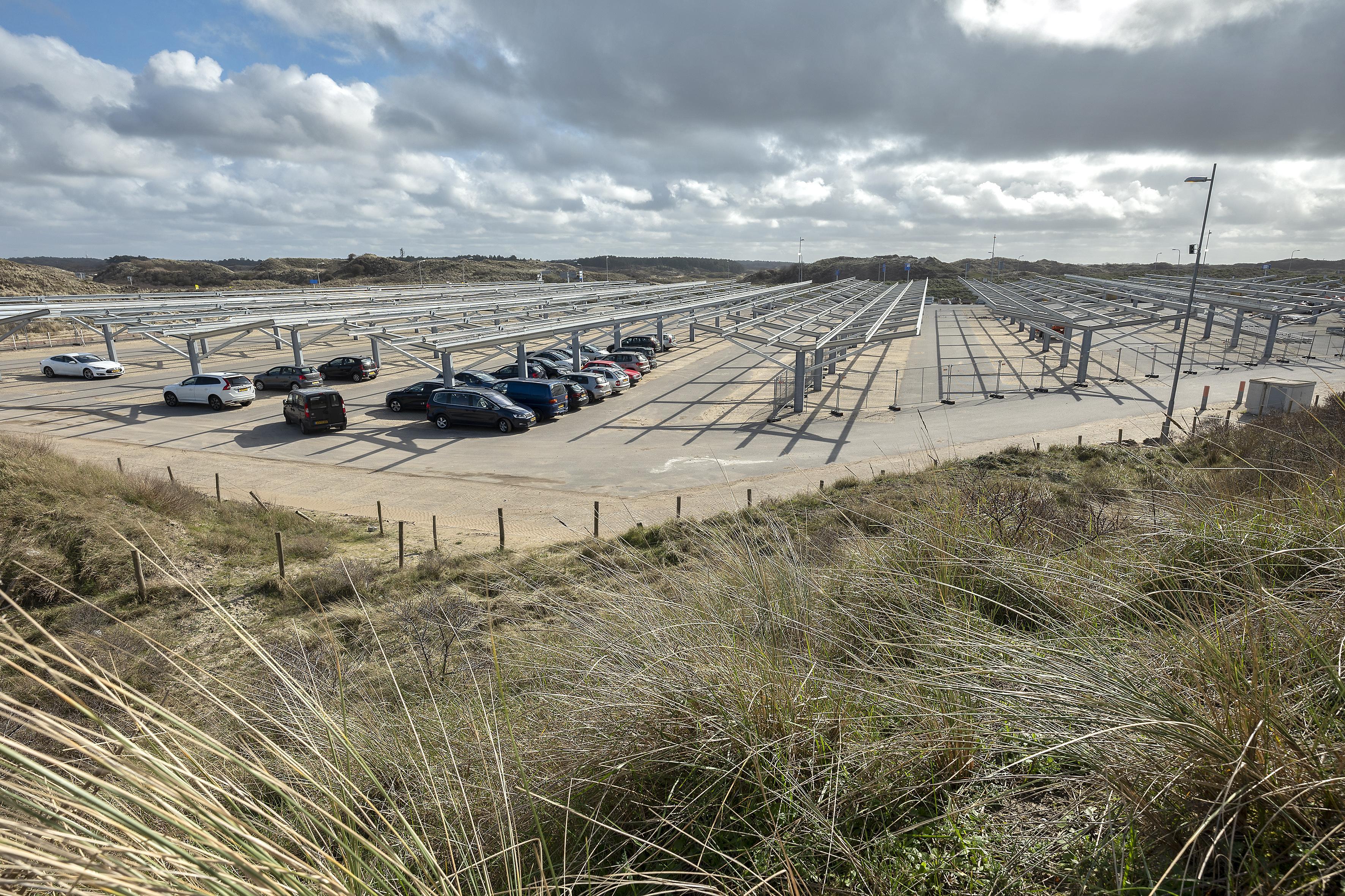 Contouren zonnepark op de kop van de Zeeweg in Bloemendaal steeds meer duidelijk