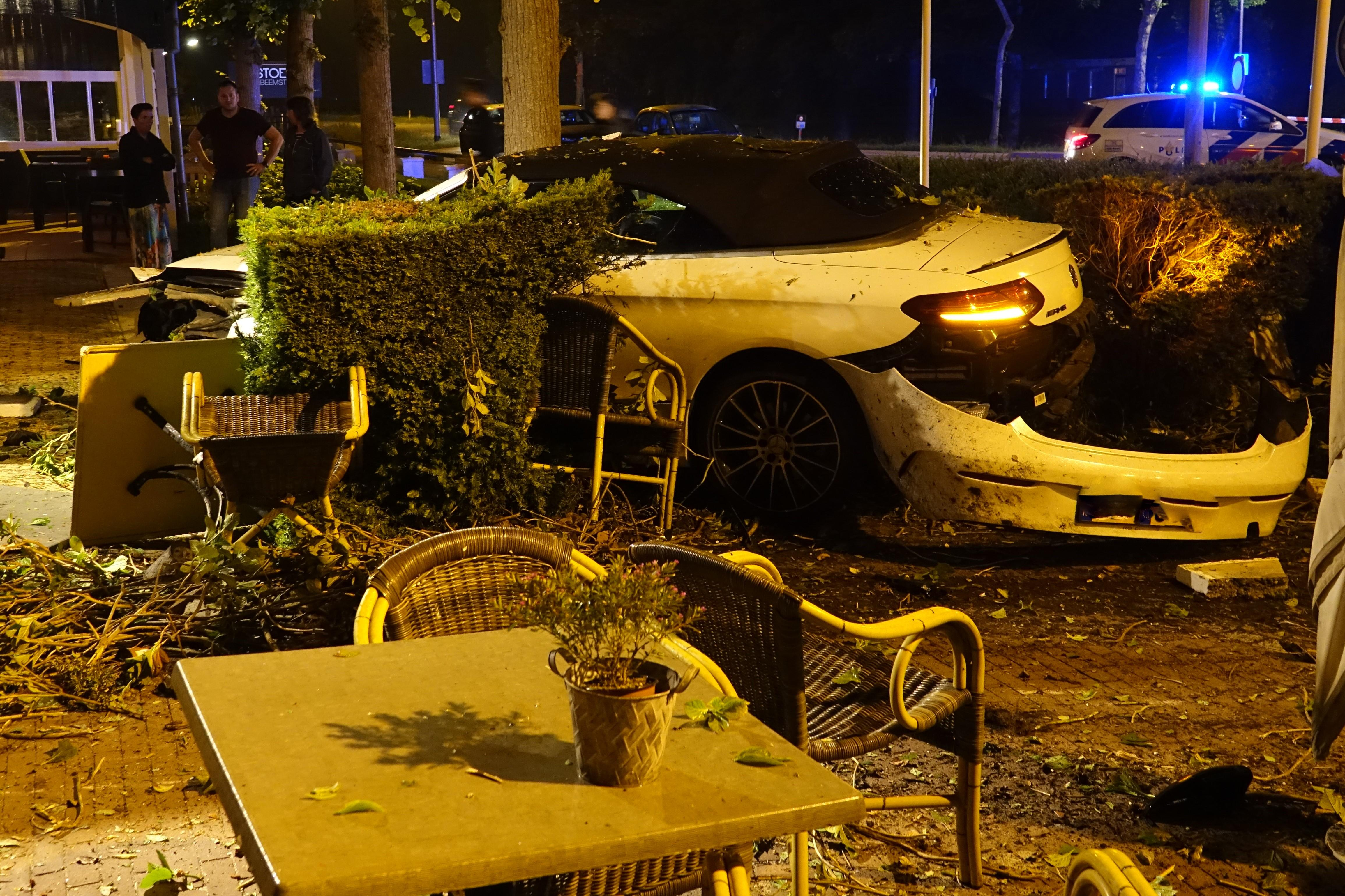 Auto crasht op terras van restaurant in Noordbeemster [video]
