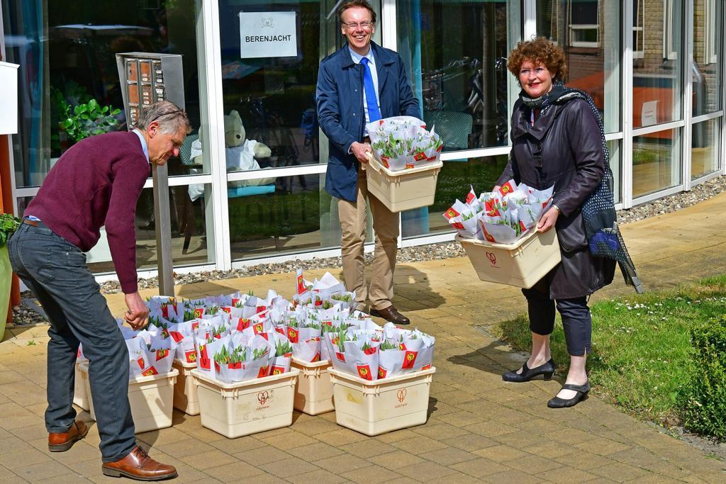 Hortensia's, optredens, tulpen en ballonbingo verblijden West-Friese verzorgingshuizen die op slot zijn