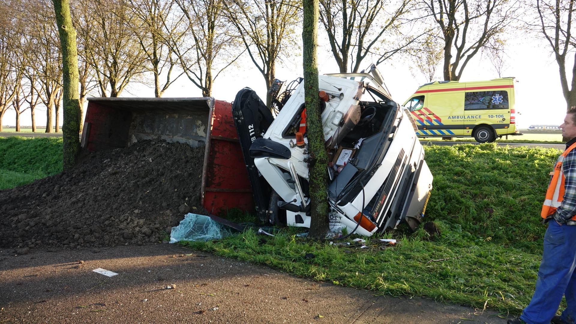 Vrachtwagen raakt van de weg en kiept om bij Scharwoude