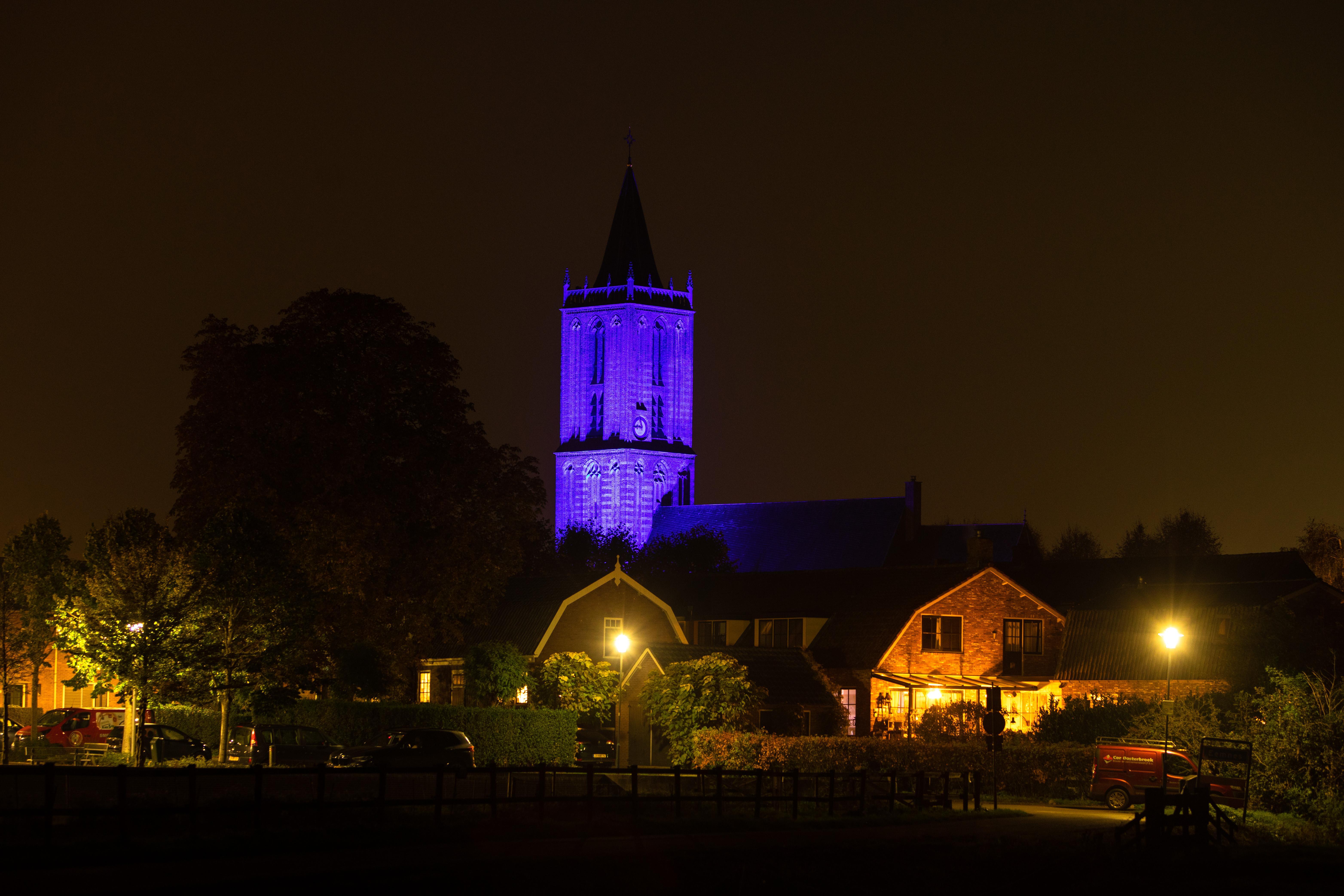 Kerk Eemnes in blauwe nachtpon voor 75ste verjaardag van de VN. In aanloop naar feestje in Vredespaleis