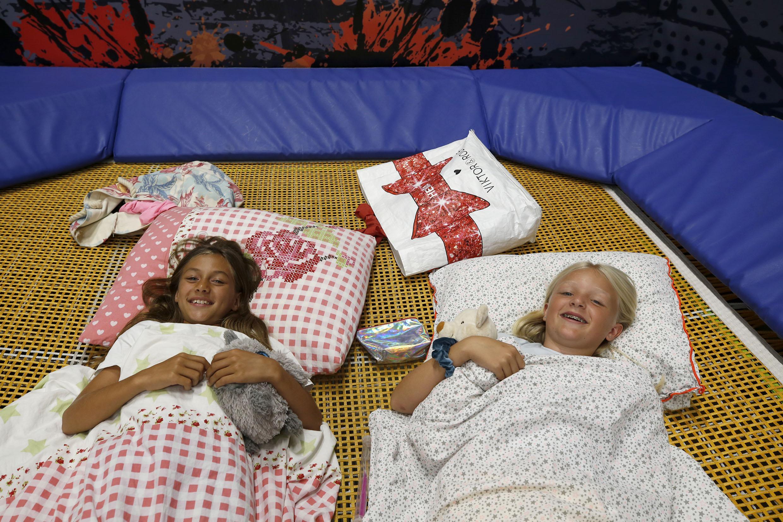 Wies en Malia worden 's ochtends wakker op een trampoline in Skagaventure. Iets later komen ze voor het eerst in 24 uur weer buiten. En ondertussen draait de camera