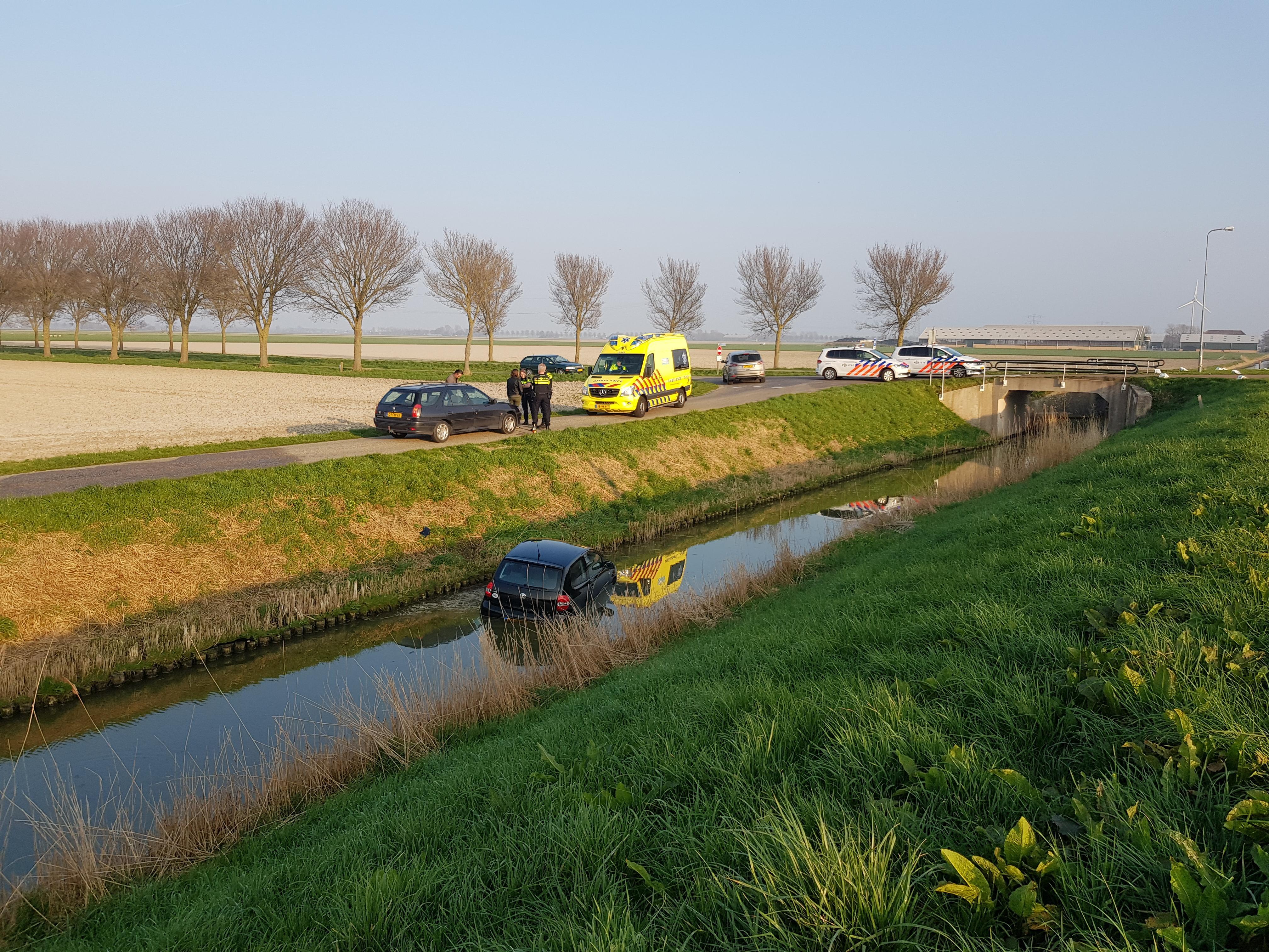 Omstanders halen bestuurder uit water in Wieringerwaard