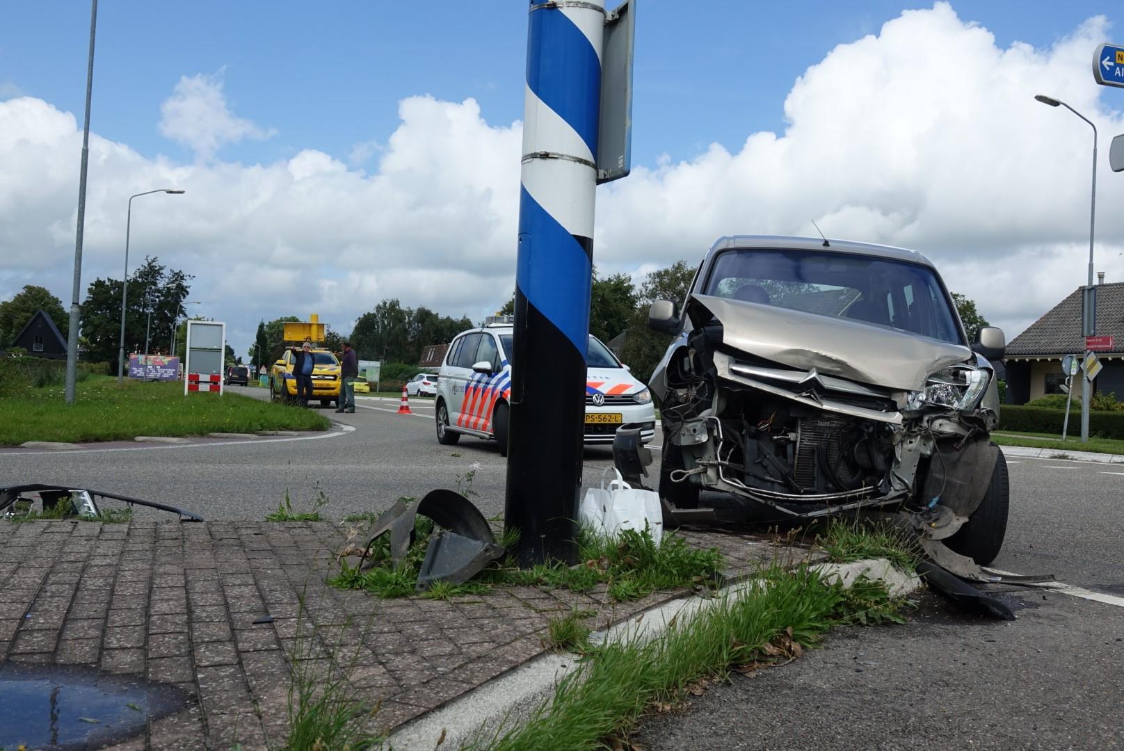 Bestuurder met ambulance mee na botsing op N242 in Nieuwe Niedorp