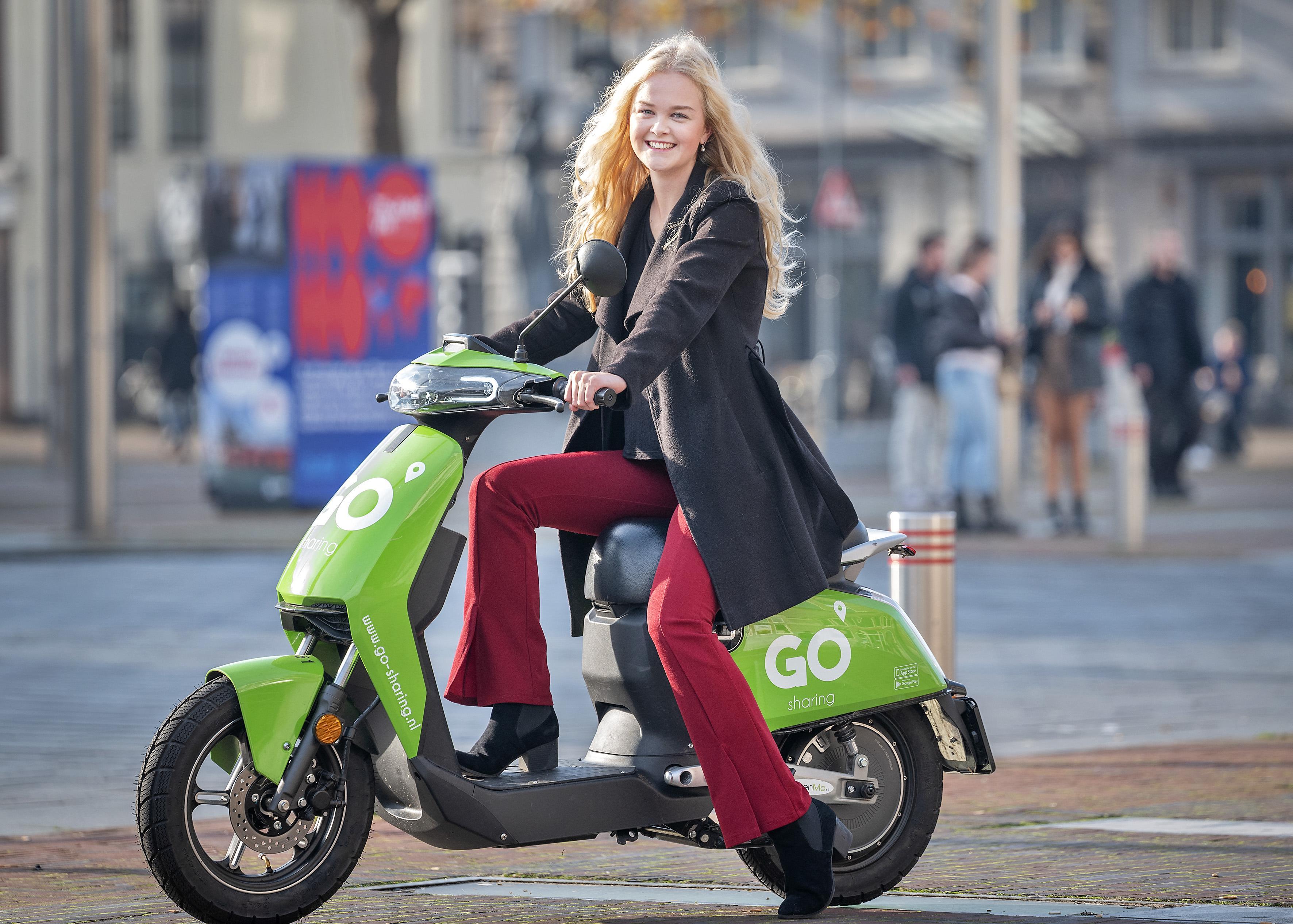 Nieuwe elektrische deelscooterdienst 'Go Sharing' van start in Haarlem: 'Hij valt natuurlijk enorm op door de kleur'
