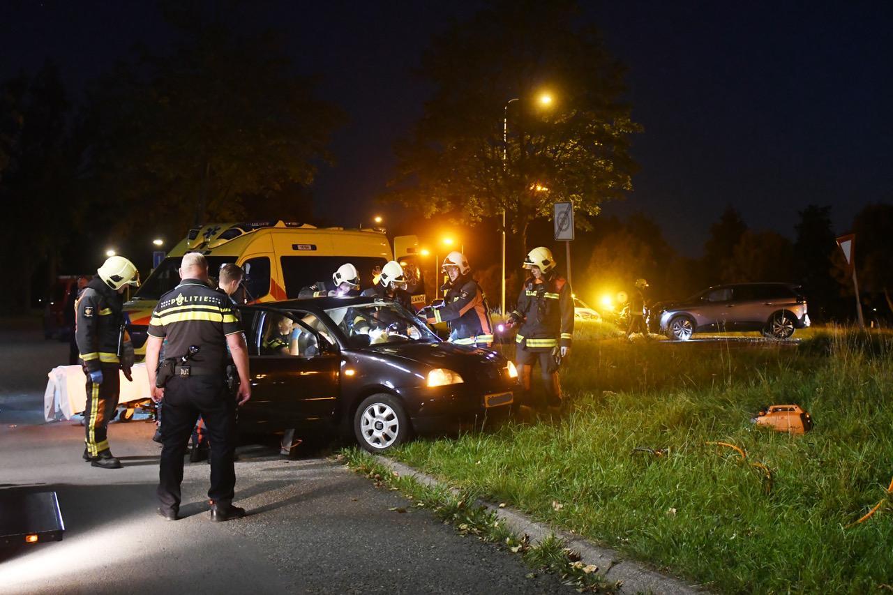 Automobilist na ongeval in Leiden door brandweer uit wagen gehaald