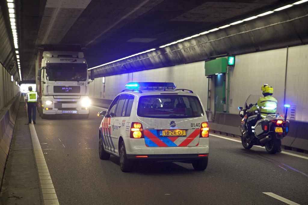 Weginspecteurs mogen bekeuringen geven aan te hoge vrachtwagens bij de Velsertunnel: 'Chauffeurs kwamen ermee weg omdat het lang duurt voor de politie er is'
