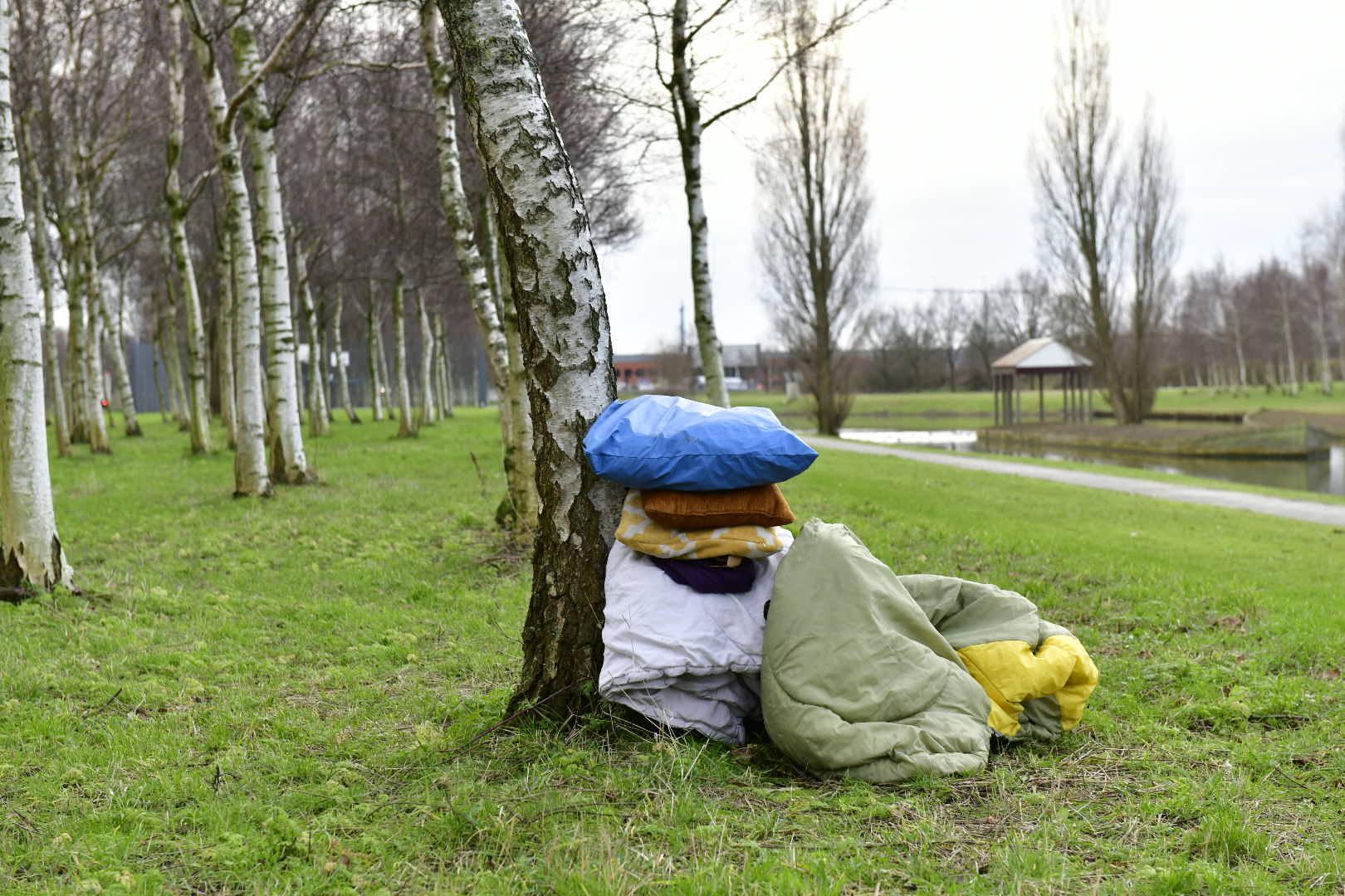 Marechaussee vindt stapel kleding langs waterkant, vermoedt persoon te water maar treft niemand aan.