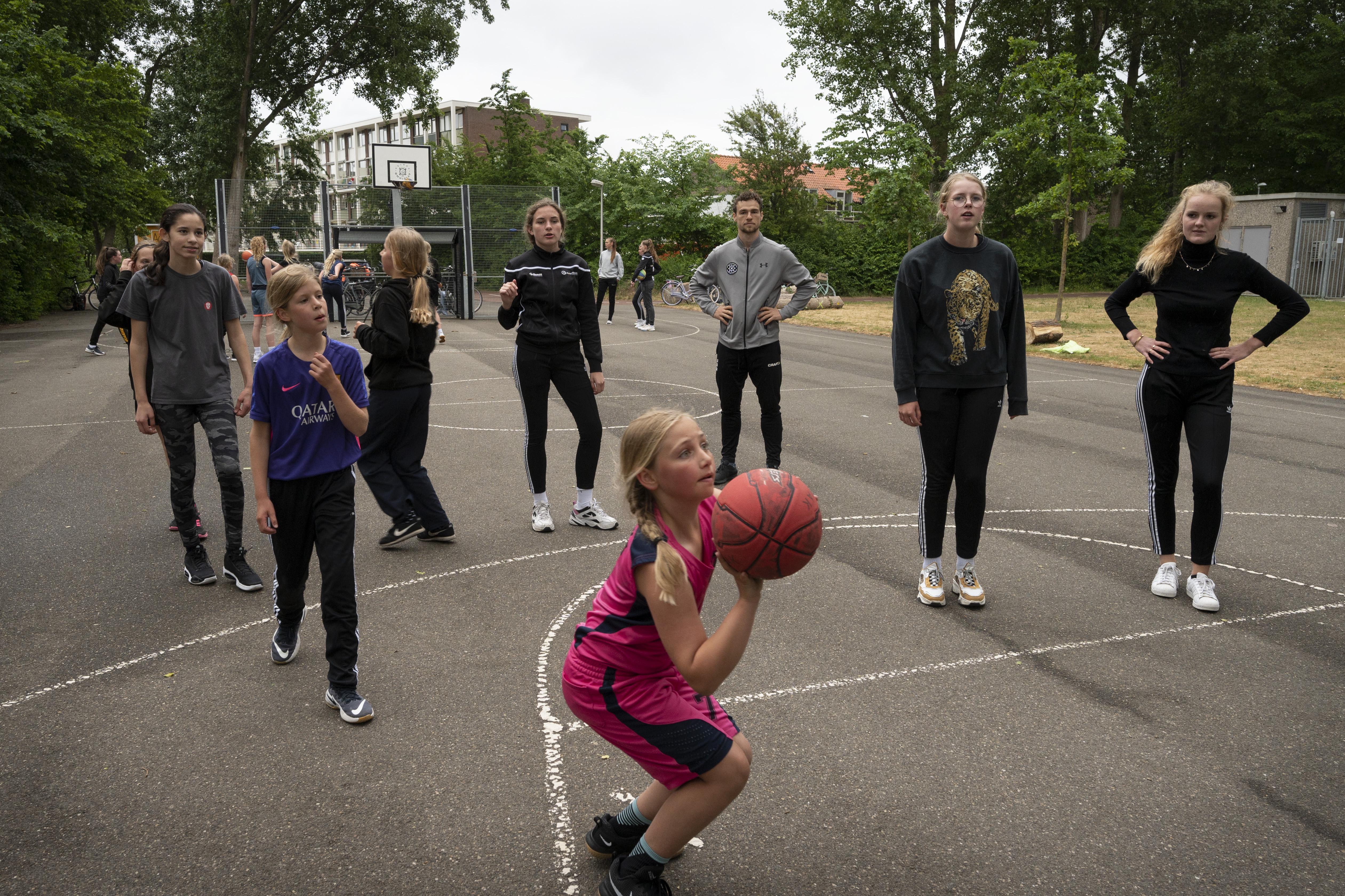 Basketbalsters van Grasshoppers krijgen een opleiding tot rolmodel: 'Zij gaan zorgen dat dit een veilige plek wordt om te spelen'