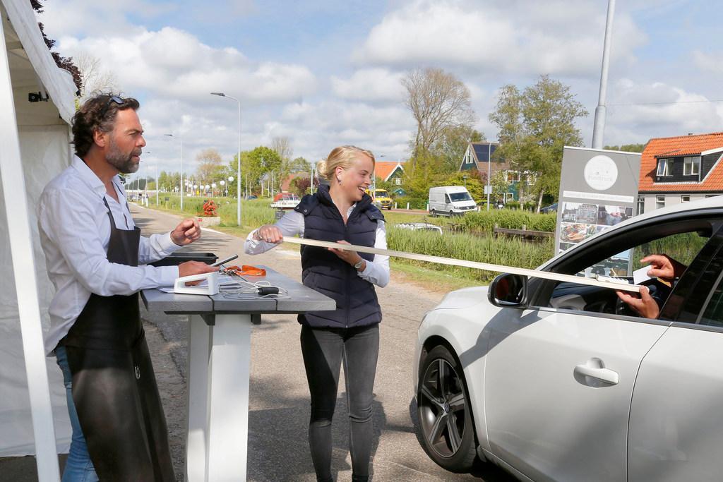 Afhaalversie van evenement Pasta Ponti zorgt voor lint van auto's door Schagerbrug