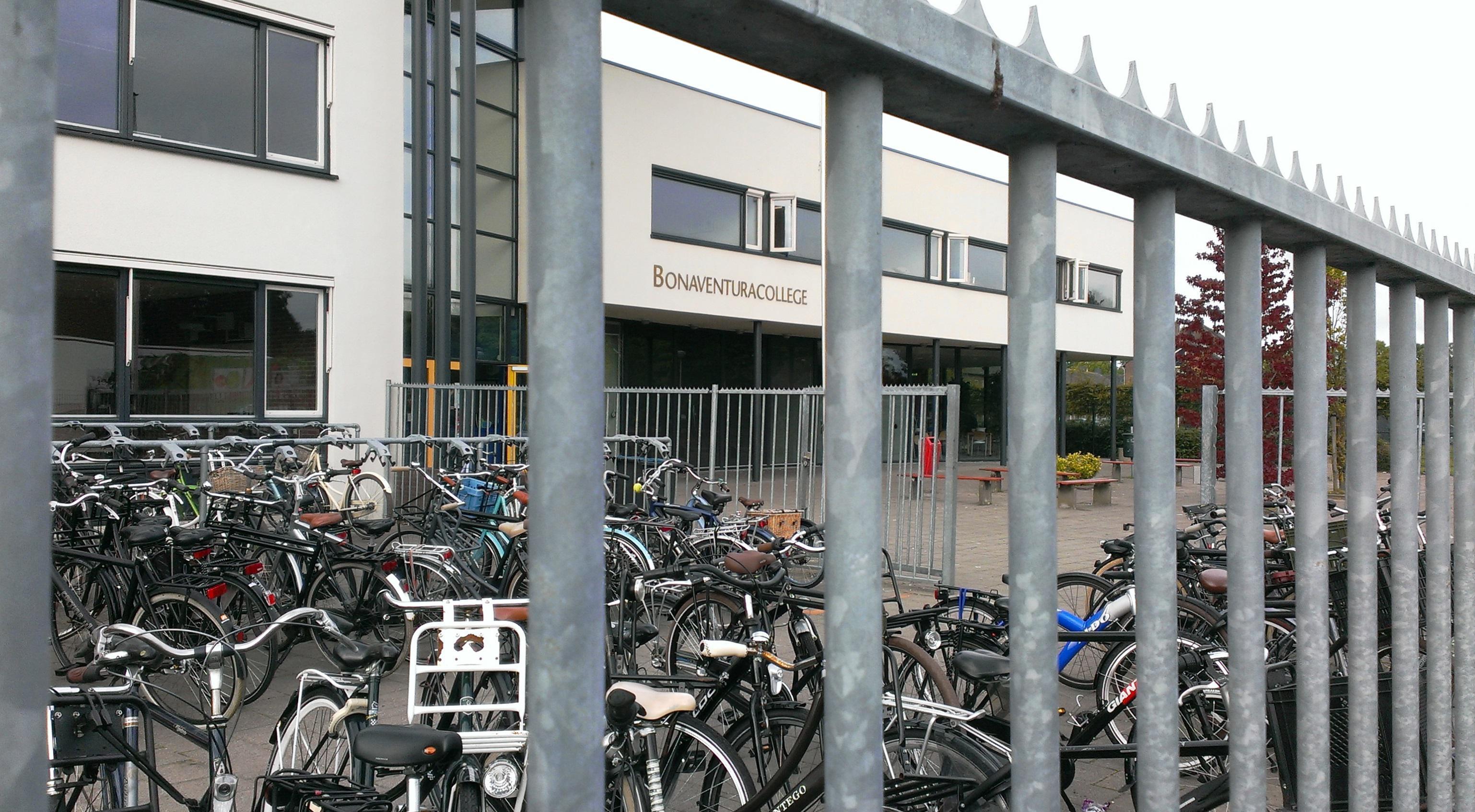 Ook bestuurder Henk van Tol wil dat bibliotheek Roelofarendsveen naar oude 'Bona' verhuist