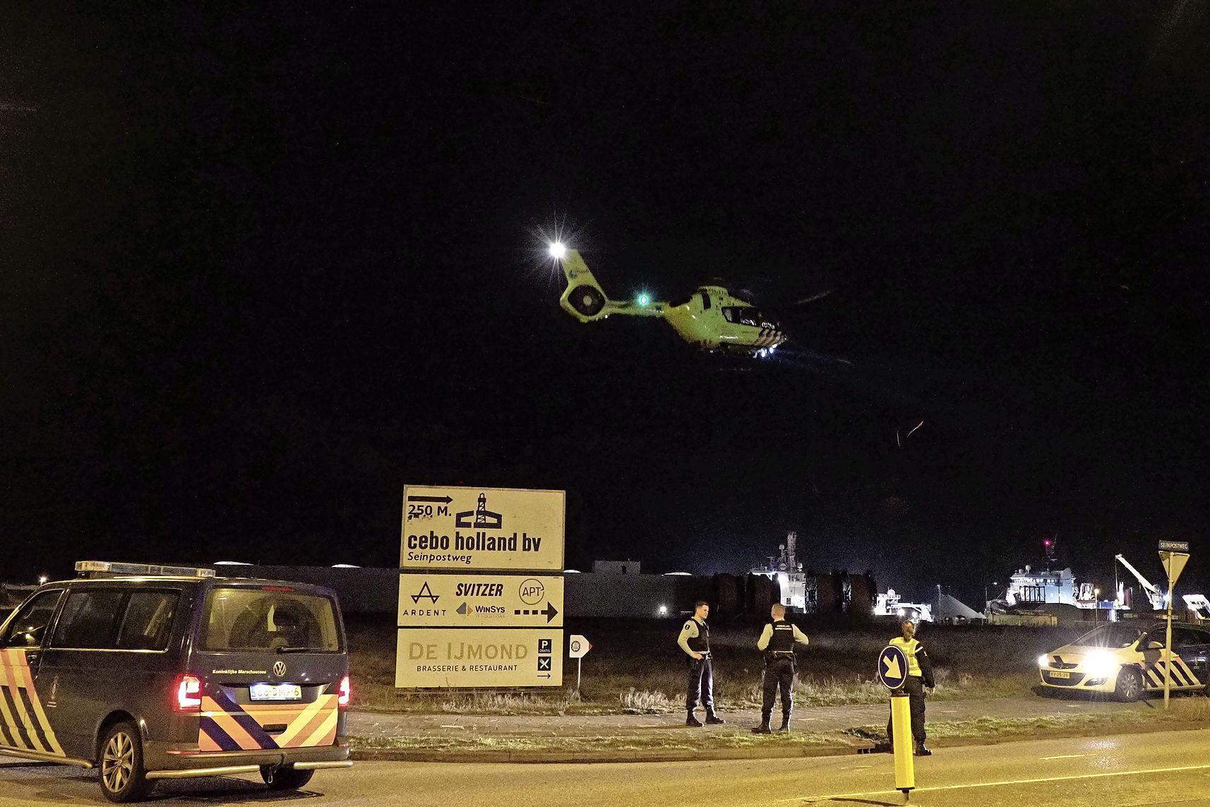 Werknemer valt op betonnen vloer bij bedrijfsongeval in IJmuiden, slachtoffer naar ziekenhuis gebracht