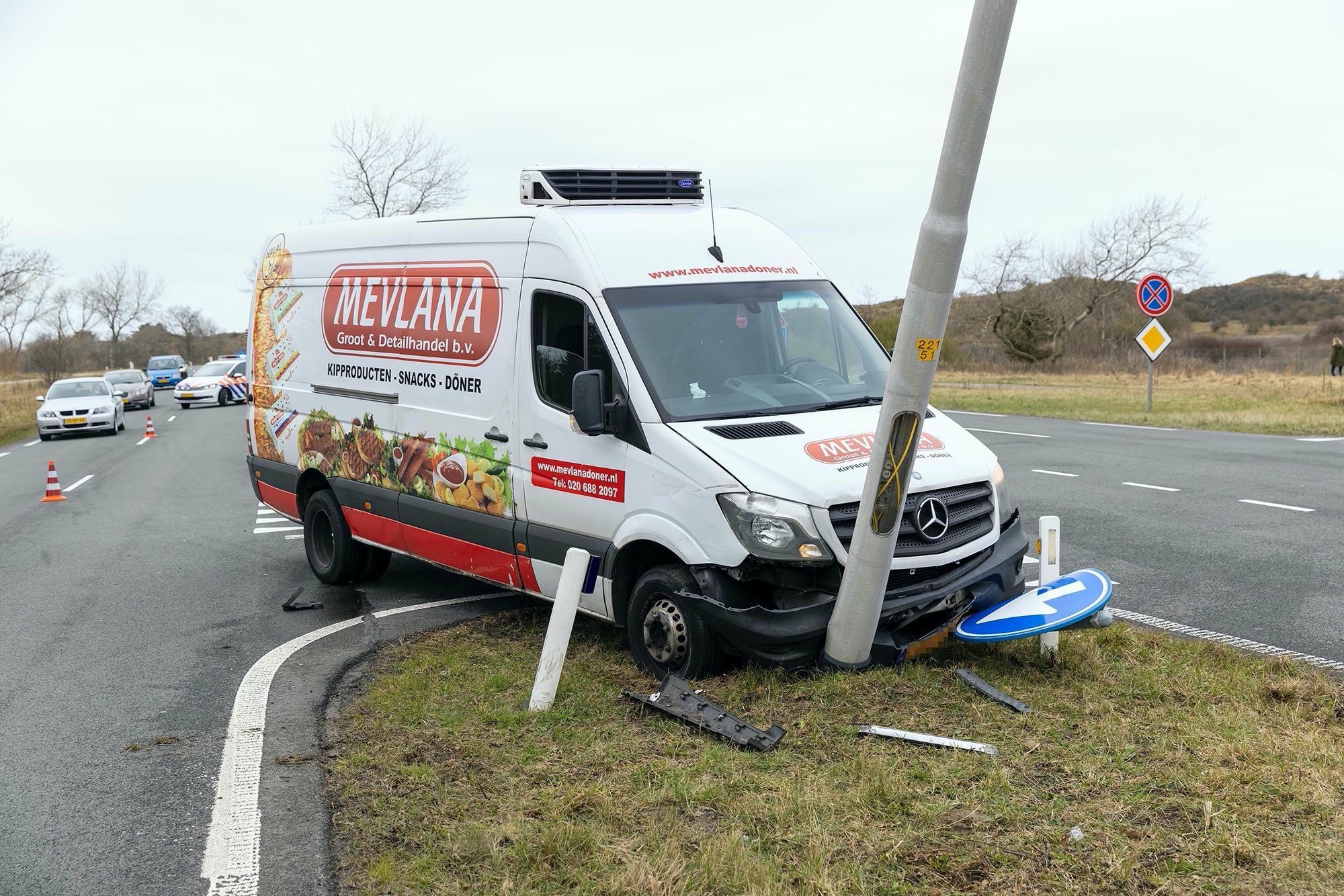 Flinke schade en scheve lantaarnpaal bij ongeluk in Overveen