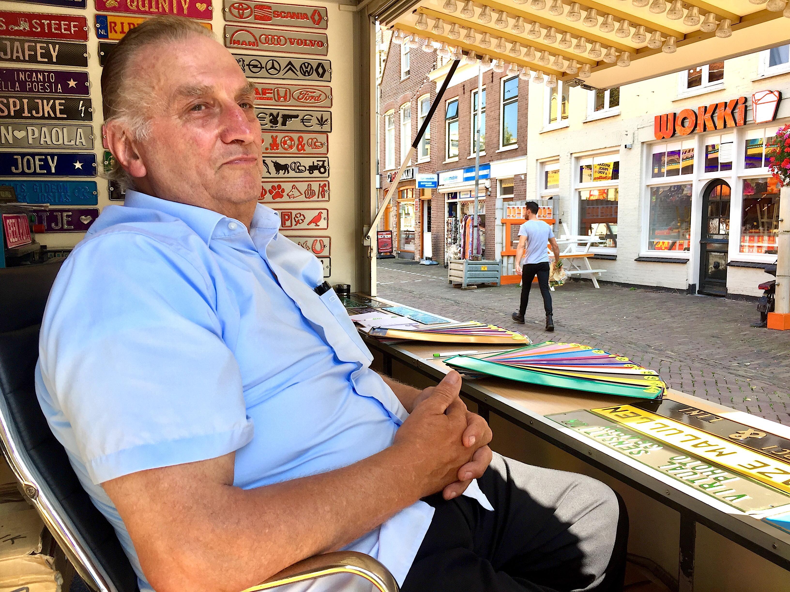 Onderweg: Jac Moonen is 75, maar nog niet van plan een punt achter het kermisleven te zetten. Want wie stopt is oud, vindt Jac. En oud is hij nog lang niet