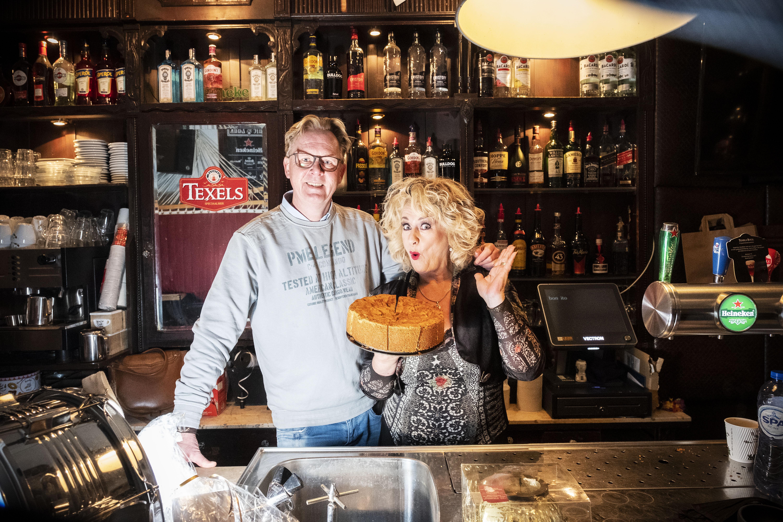 Cafébaas Hans Bloemen is niet onder indruk van de harde taal van de Koninklijke Horeca. Hij redt zijn Zaak op een zoete manier. Met de appeltaart van zus Karin Bloemen [video]
