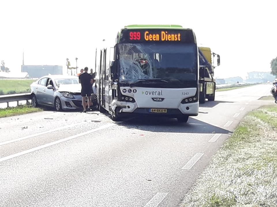N250 bij Den Helder weer vrij na ongeluk met lijnbus en twee auto's