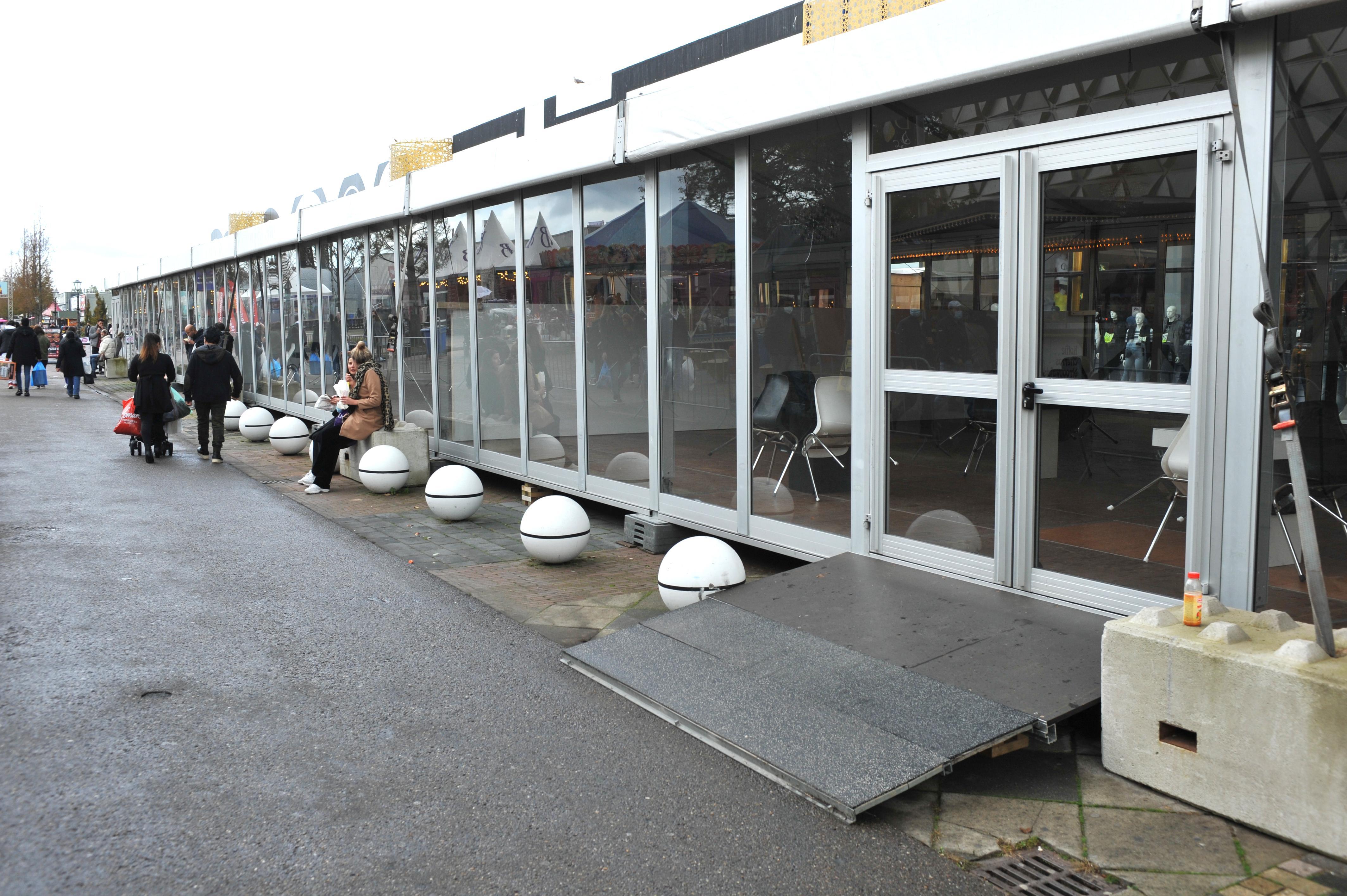 Eethal op De Bazaar in Beverwijk oogt desolaat leeg, bezorgservice 'Bazaar Bezorgt' moet ondernemers helpen te overleven
