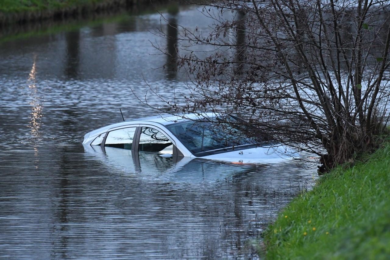 Auto raakt te water in Roelofarendsveen, bestuurder aangehouden