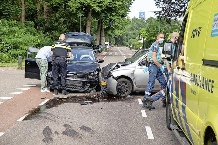 Olielekkage en veel schade bij auto-ongeluk in Baarn