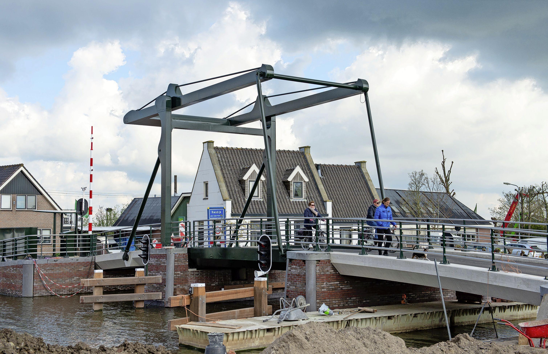 'Die kan weer honderd jaar mee'; fietsers en wandelaars overwegend blij met heropening Kwadijkerbrug