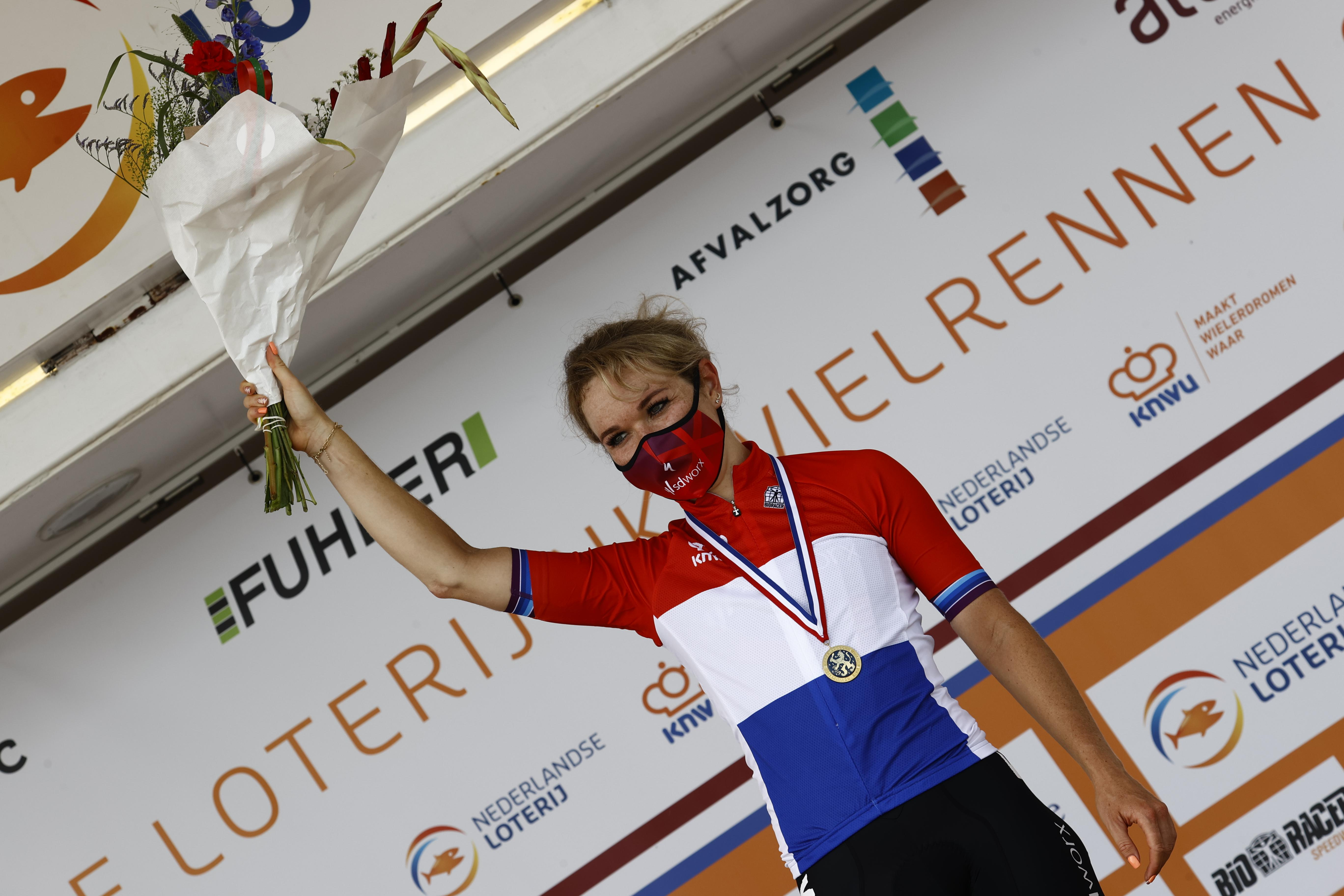 Wielrenster Amy Pieters wint Nederlandse titel op VAM-berg