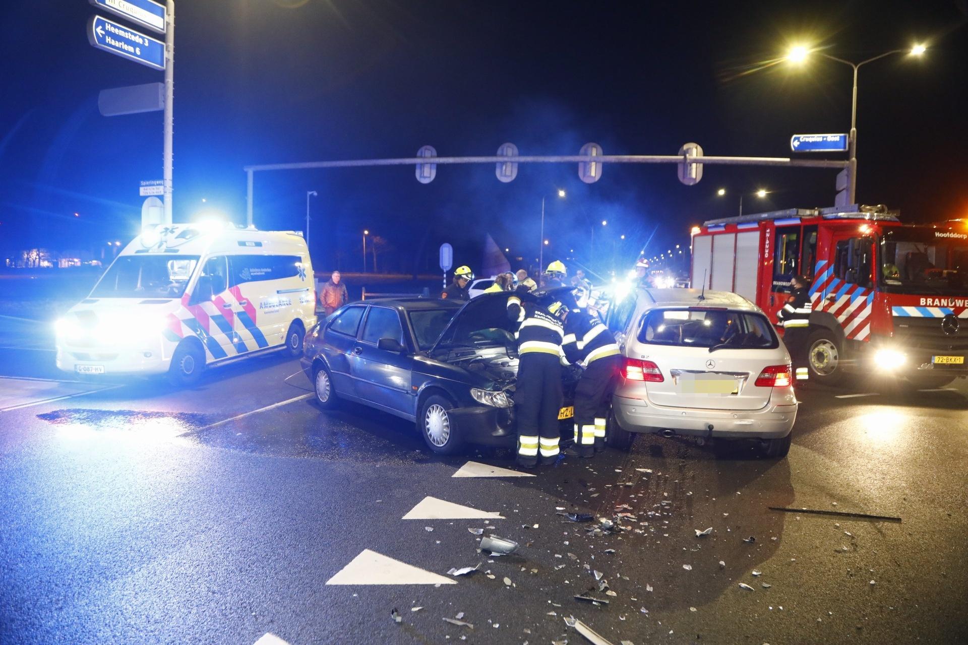 Brandweer bevrijdt slachtoffer uit voertuig bij ongeluk in Cruquius