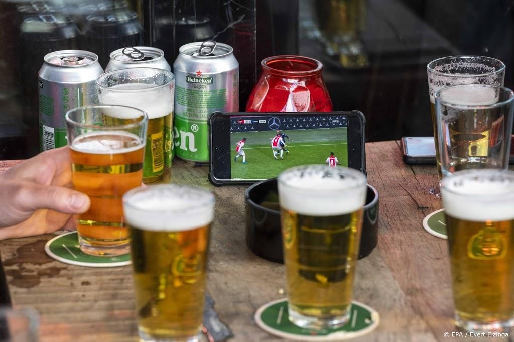 Fans vieren titel Ajax in centrum van stad met bier en vuurwerk