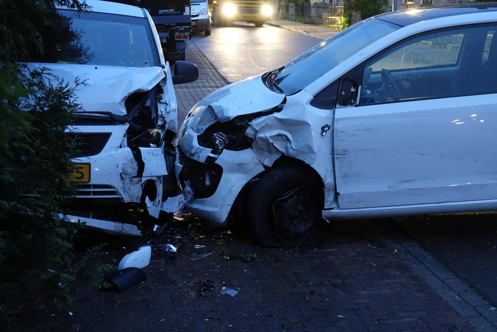Automobilist richt ravage aan in Dorpsstraat Winkel