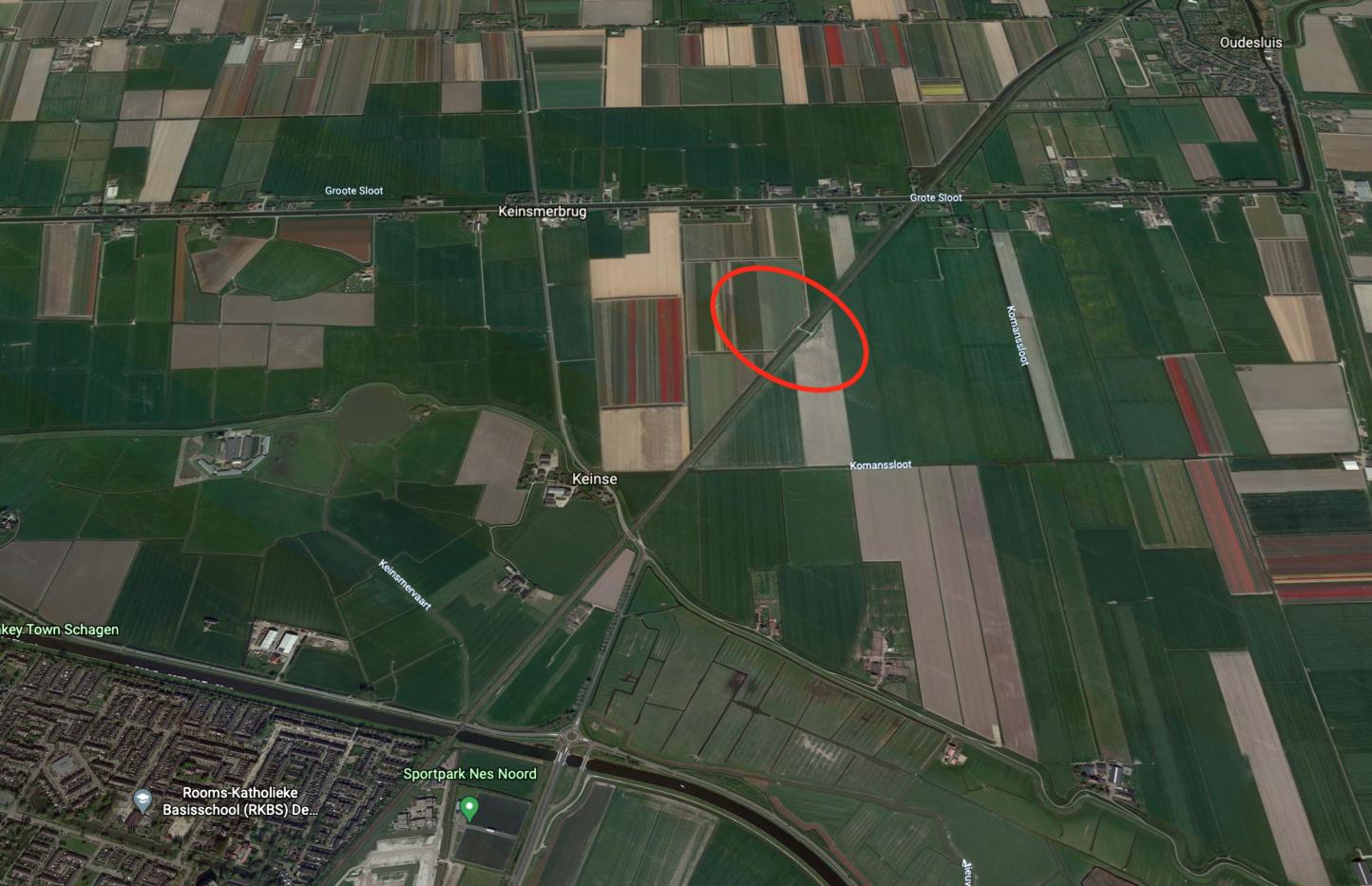Een onbeveiligde spoorwegovergang bij Oudesluis? Waar zit die dan? Nou... midden in een weiland dus. En ook die moet op de schop