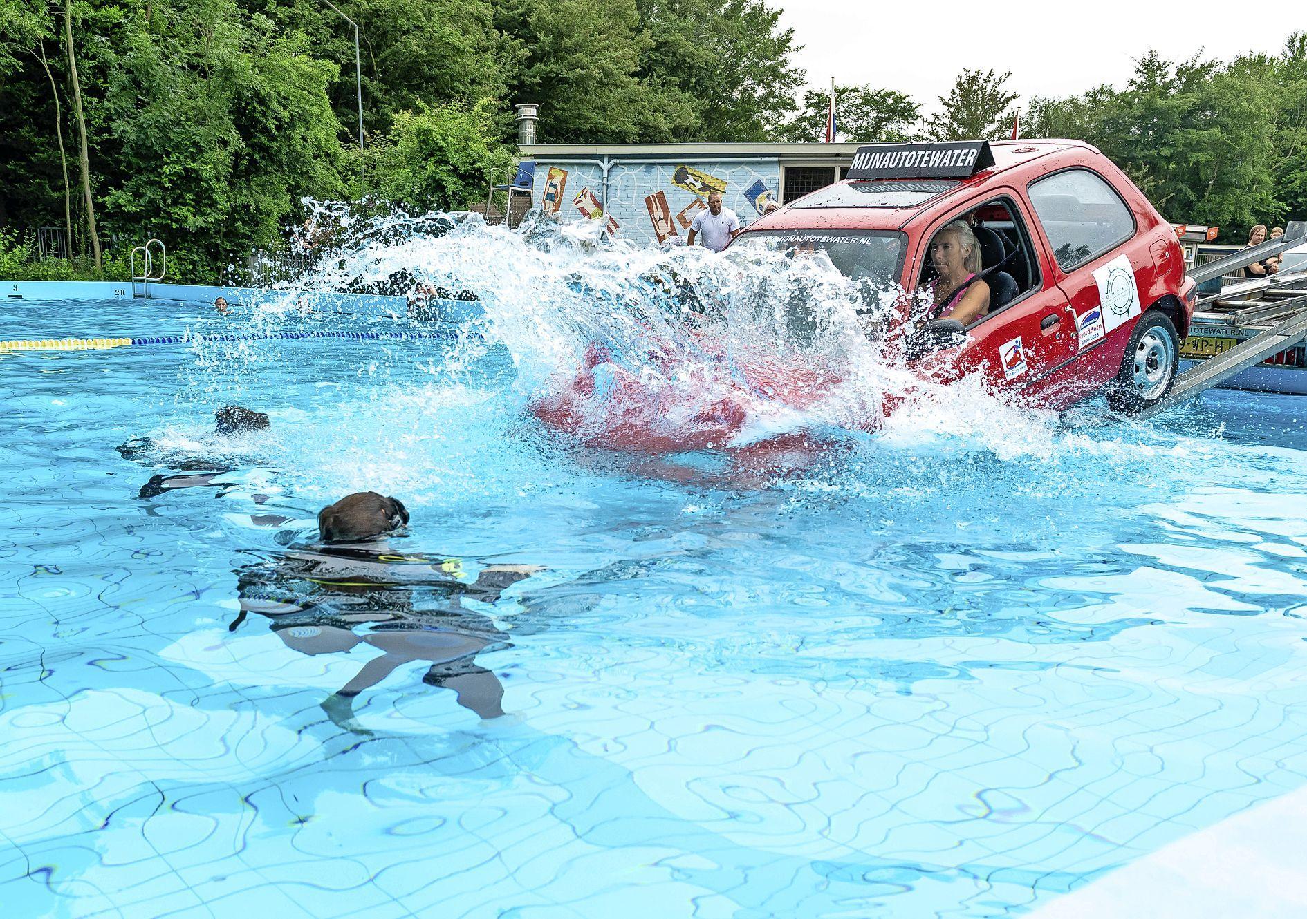 Met de auto te water in zwembad: 'Geen paniek, blijf rustig, gewoon ademen en precies doen wat je nu leert'