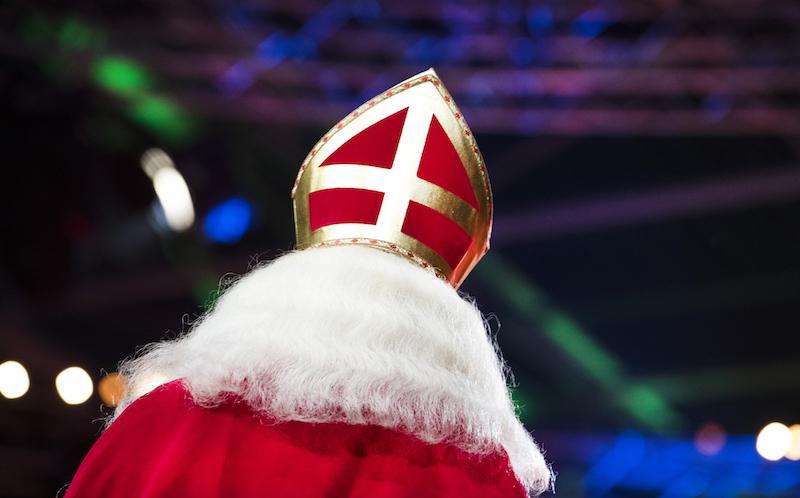 De 'roadshow' van Sinterklaas door Hilversum is door nieuwe coronamaatregelen verder versoberd