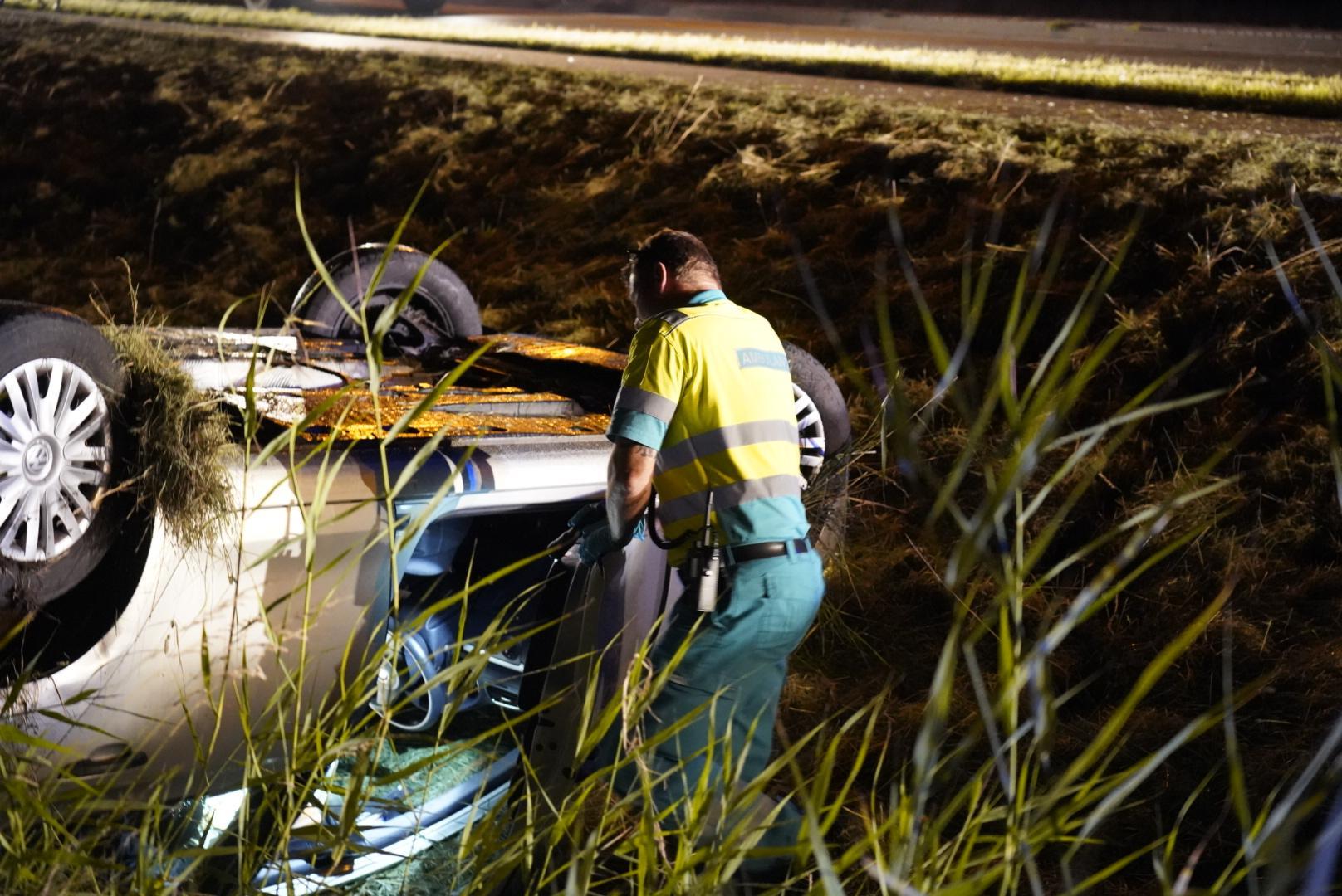 Auto over de kop in Kolhorn, twee gewonden