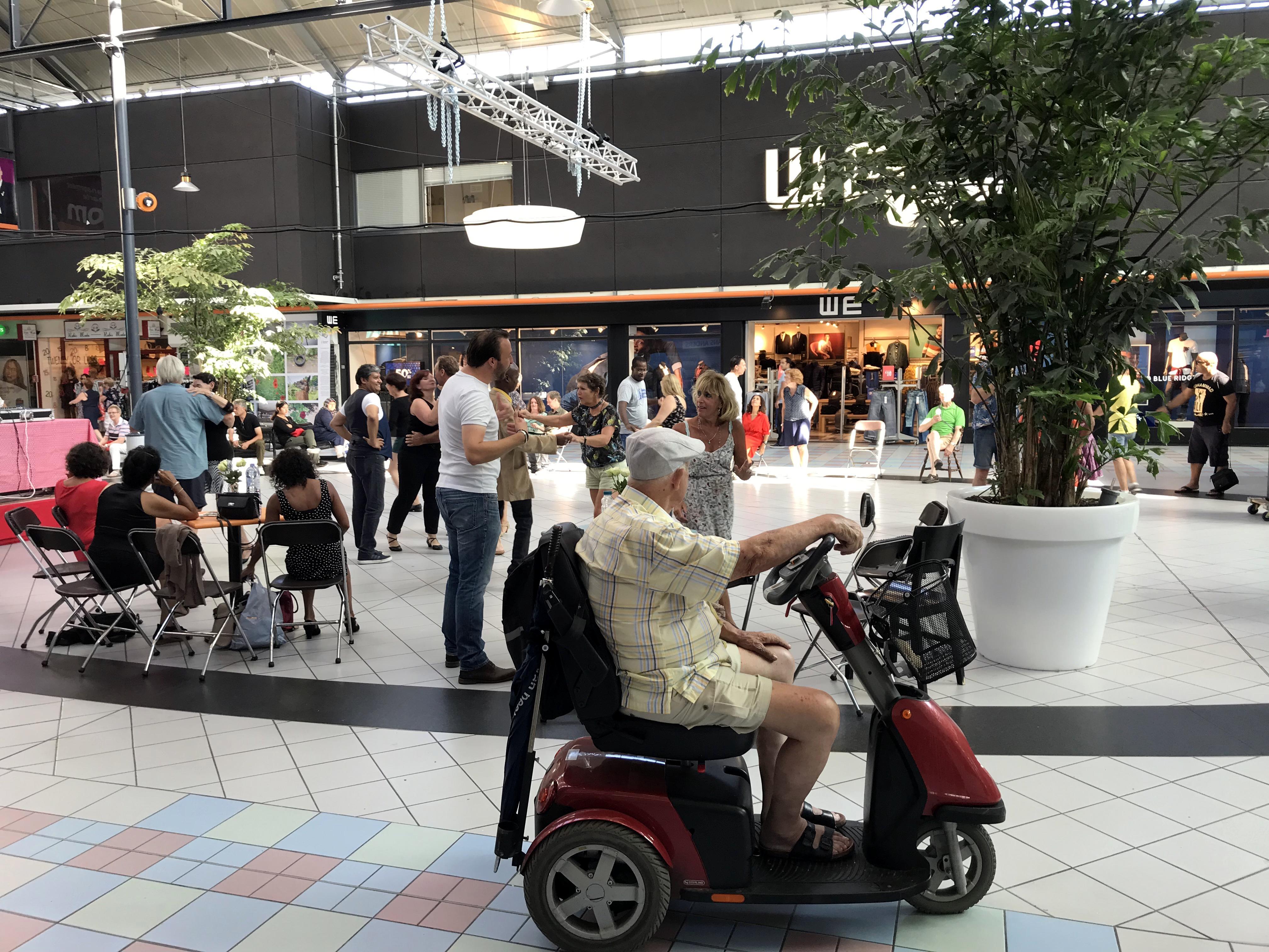 Ode aan winkelcentrum Haarlem-Schalkwijk in boek vol treurtrips, ook Zandvoort is 'spuugmooi'