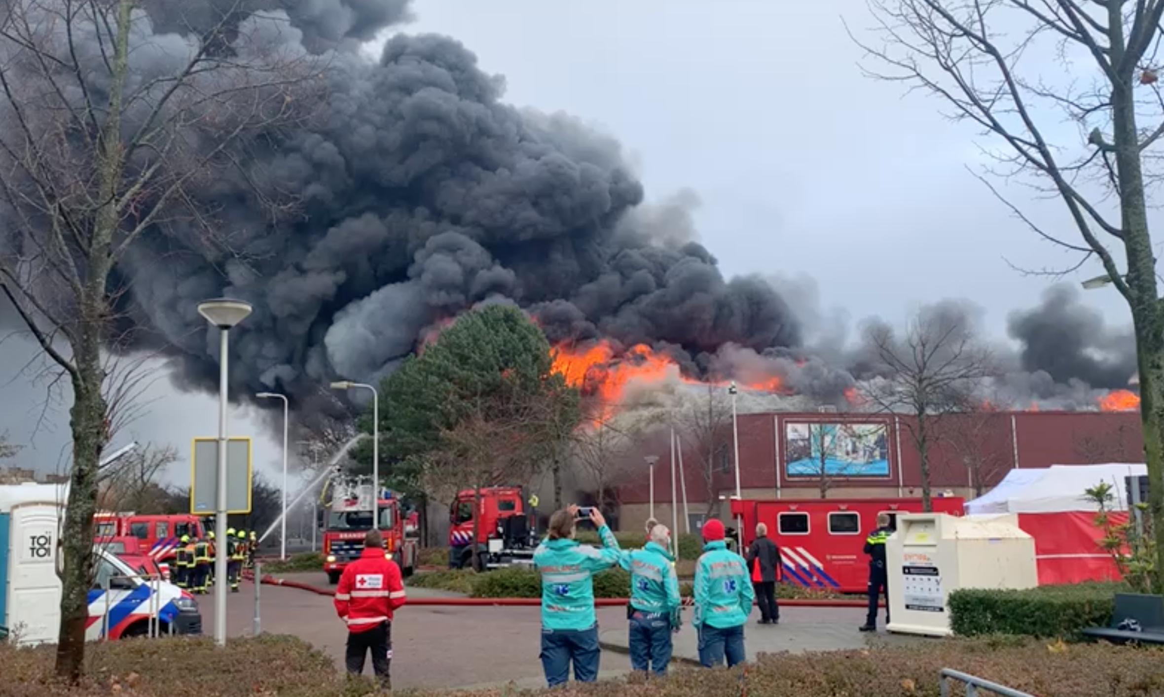 Sporthal en theaterzaal De Schelft in Noordwijkerhout volledig uitgebrand, zwembad is gespaard gebleven [video] [update]