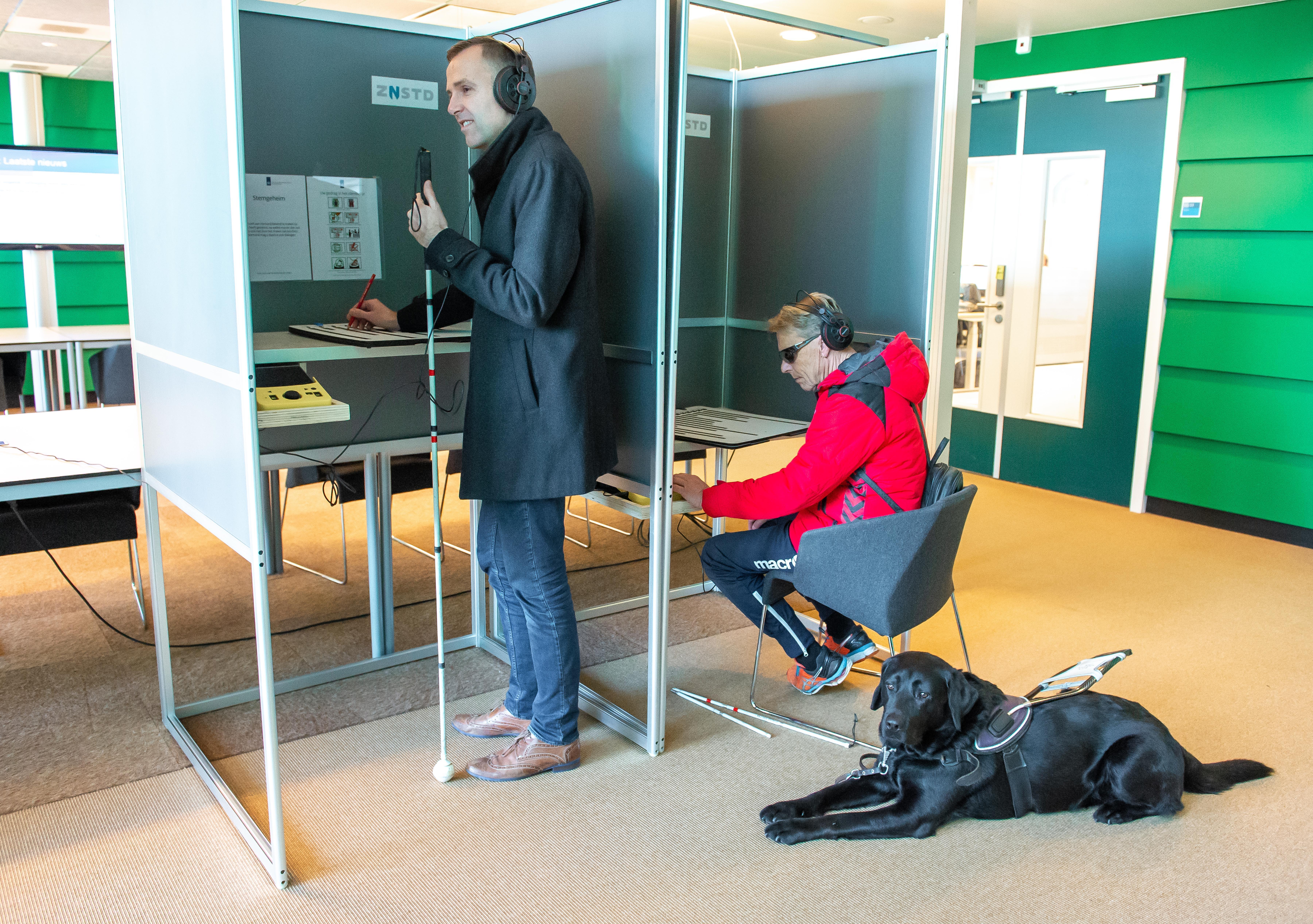 Stemlokalen in Zaanse verpleeghuizen alleen voor bewoners; stembureau voor blinden in stadhuis