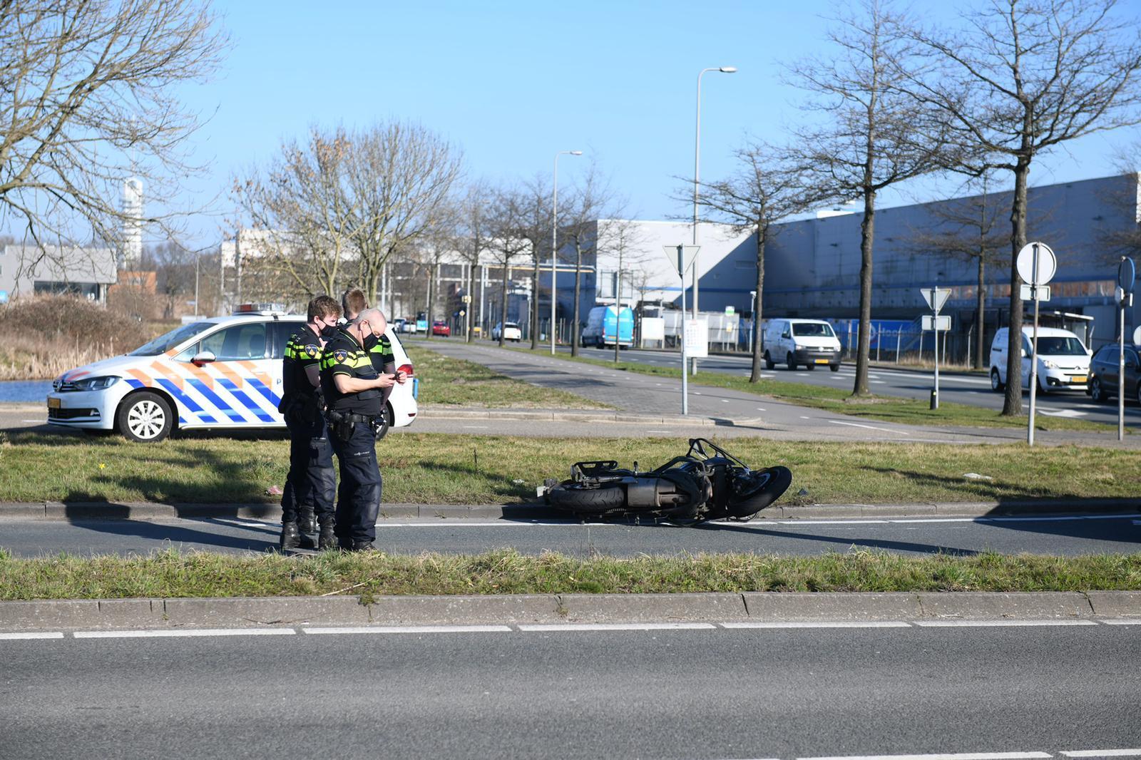 Motorrijder vliegt uit de bocht en raakt gewond in Alphen
