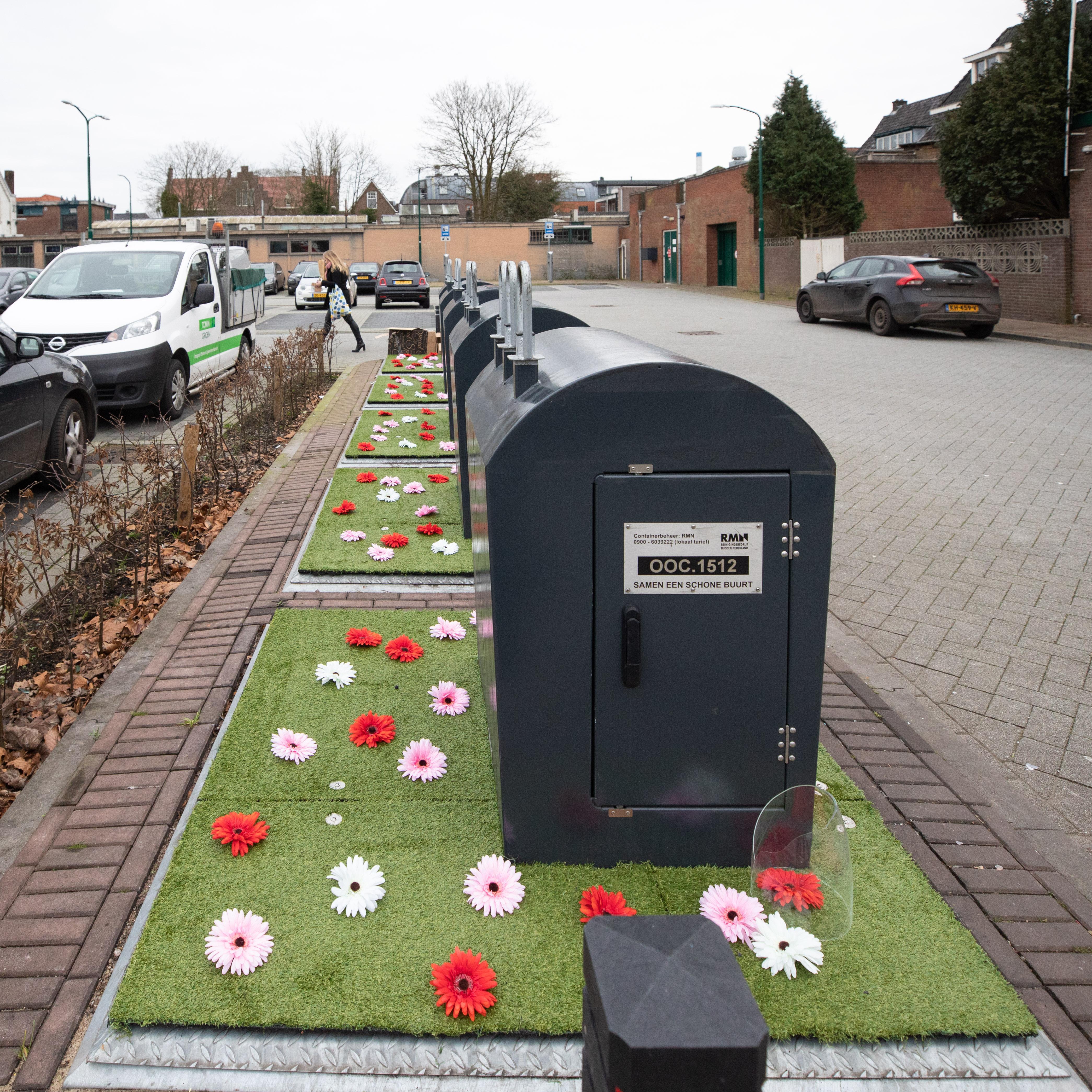Baarn zet tevergeefs - en per ongeluk veel te vroeg - de bloemetjes buiten; bloemenperkje rond containers weerhoudt inwoners niet van dumpen afval [update]
