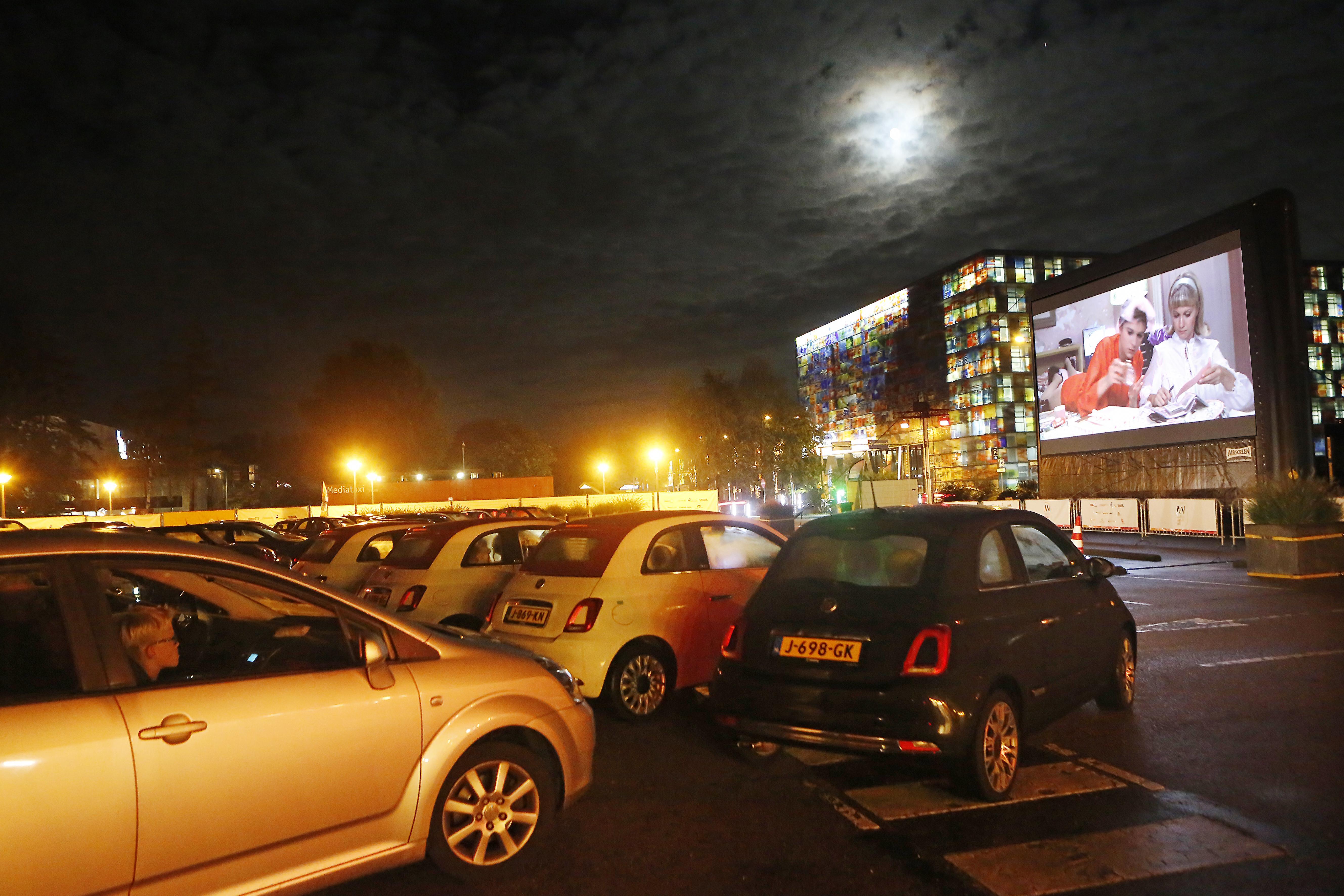 Coronaproof meezingen in de auto met liedjes uit de film Grease: Dutch Media Week van start met drive-in bioscoop op Media Park