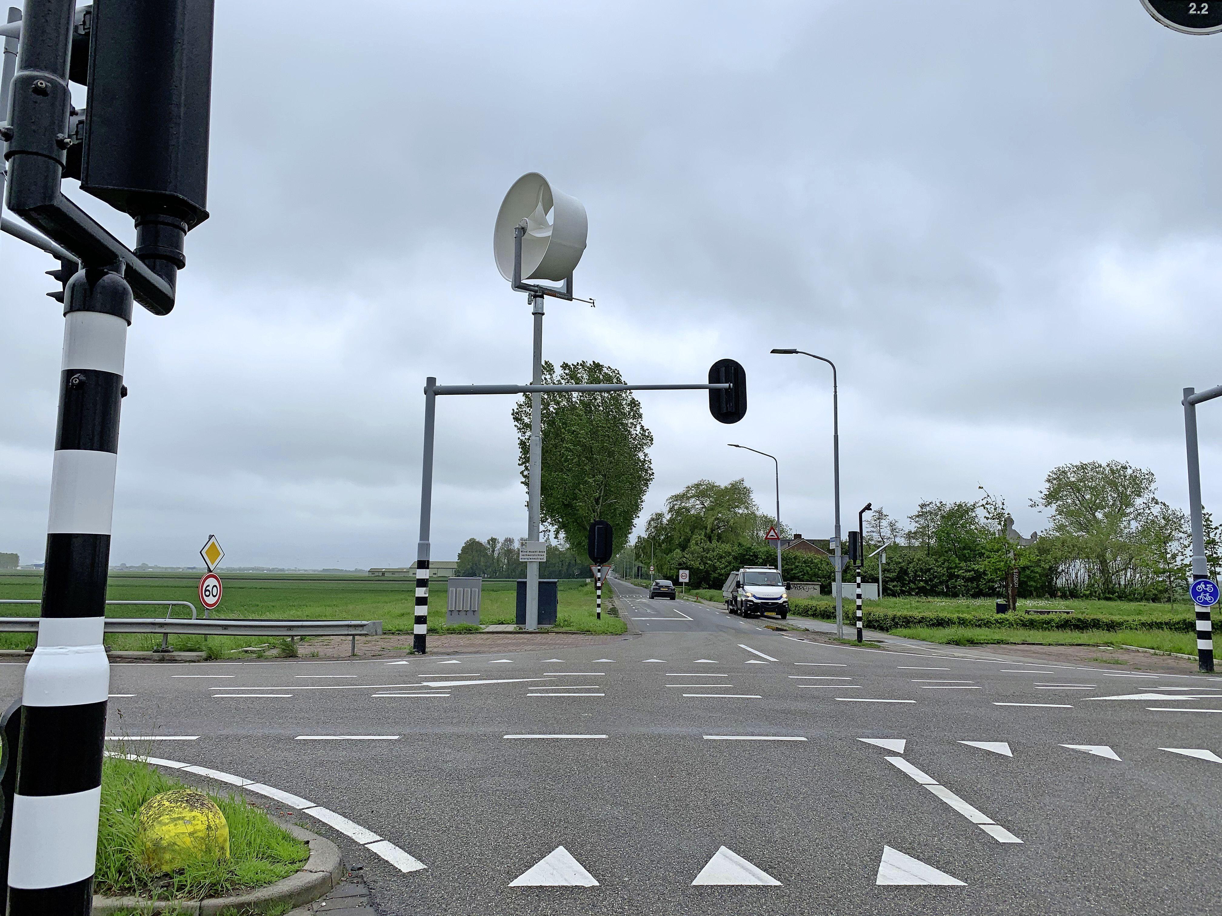 Nieuwe windmolen op kruispunt midden in de polder bij Hoofddorp geeft stroom aan verkeerslichten