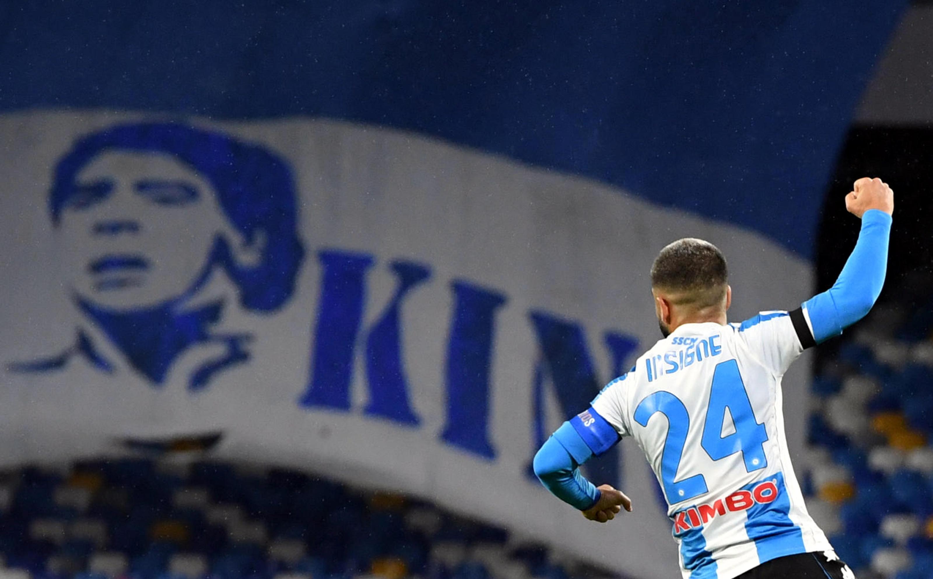Napoli, donderdag tegenstander van AZ, overklast AS Roma in eerbetoon aan Diego Maradona