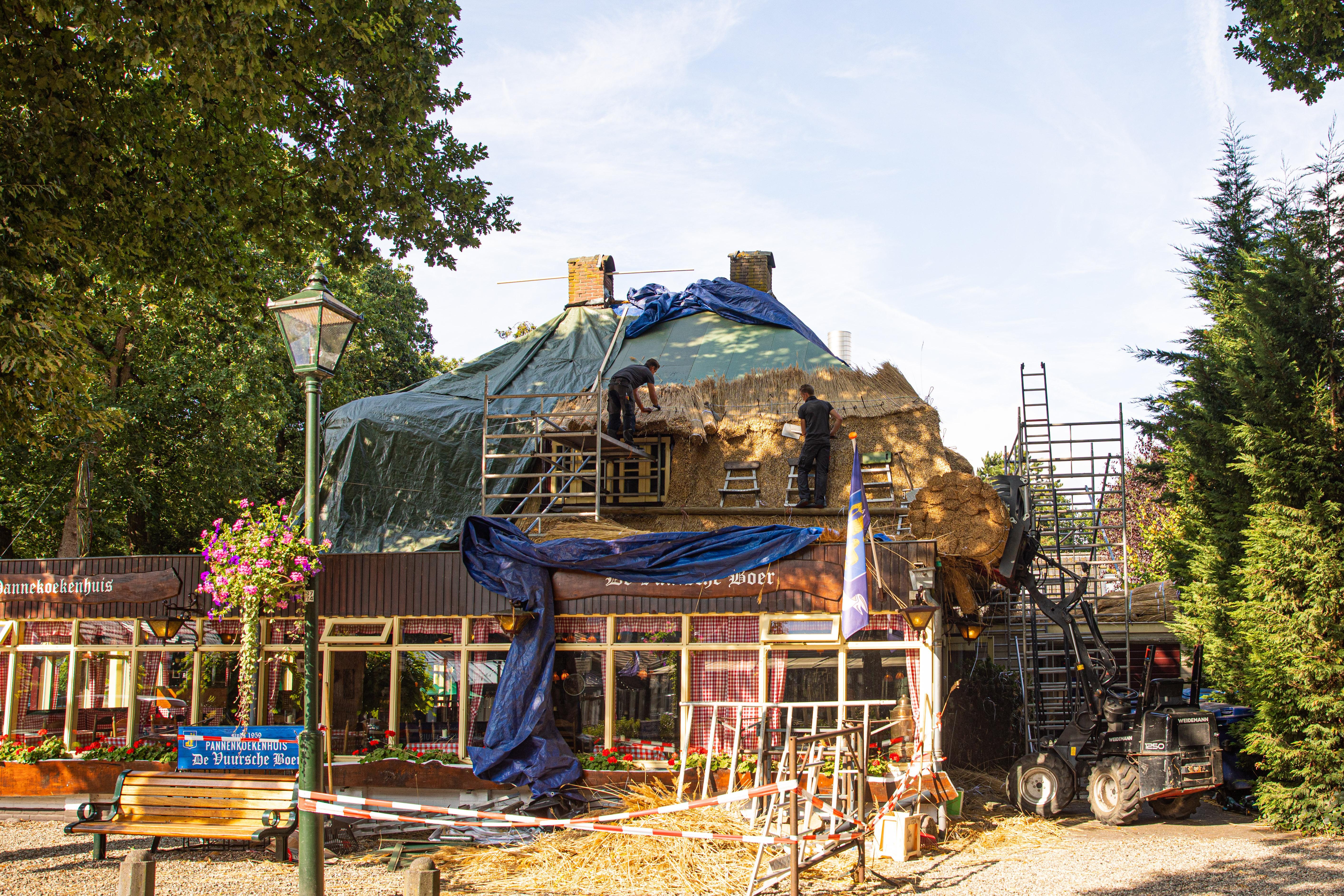 Bouwstop opgeheven, vernieuwen rieten dak pannekoekenhuis De Vuursche Boer gestart
