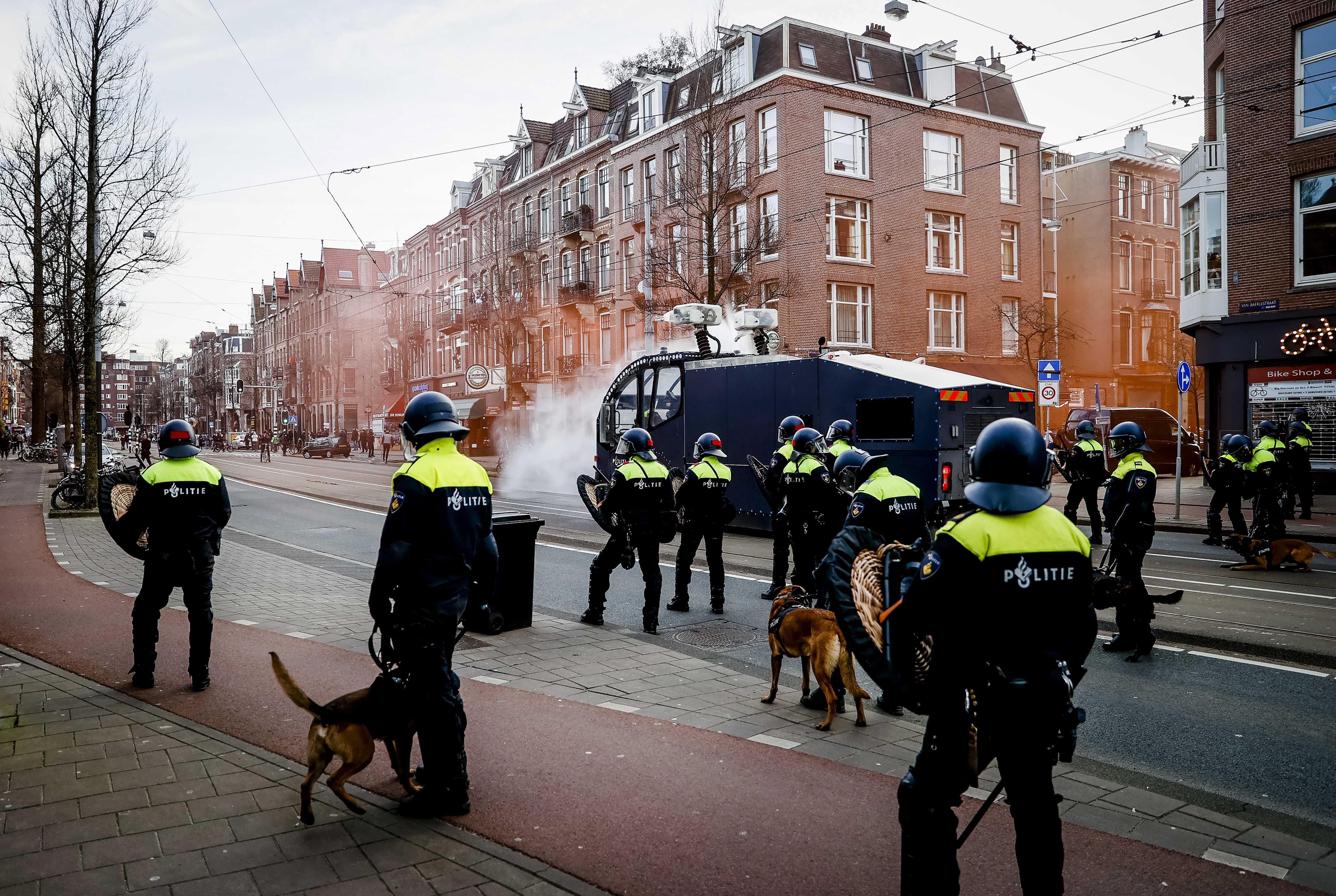 Man uit Hoofddorp krijgt cel- en taakstraf voor rellen op Museumplein